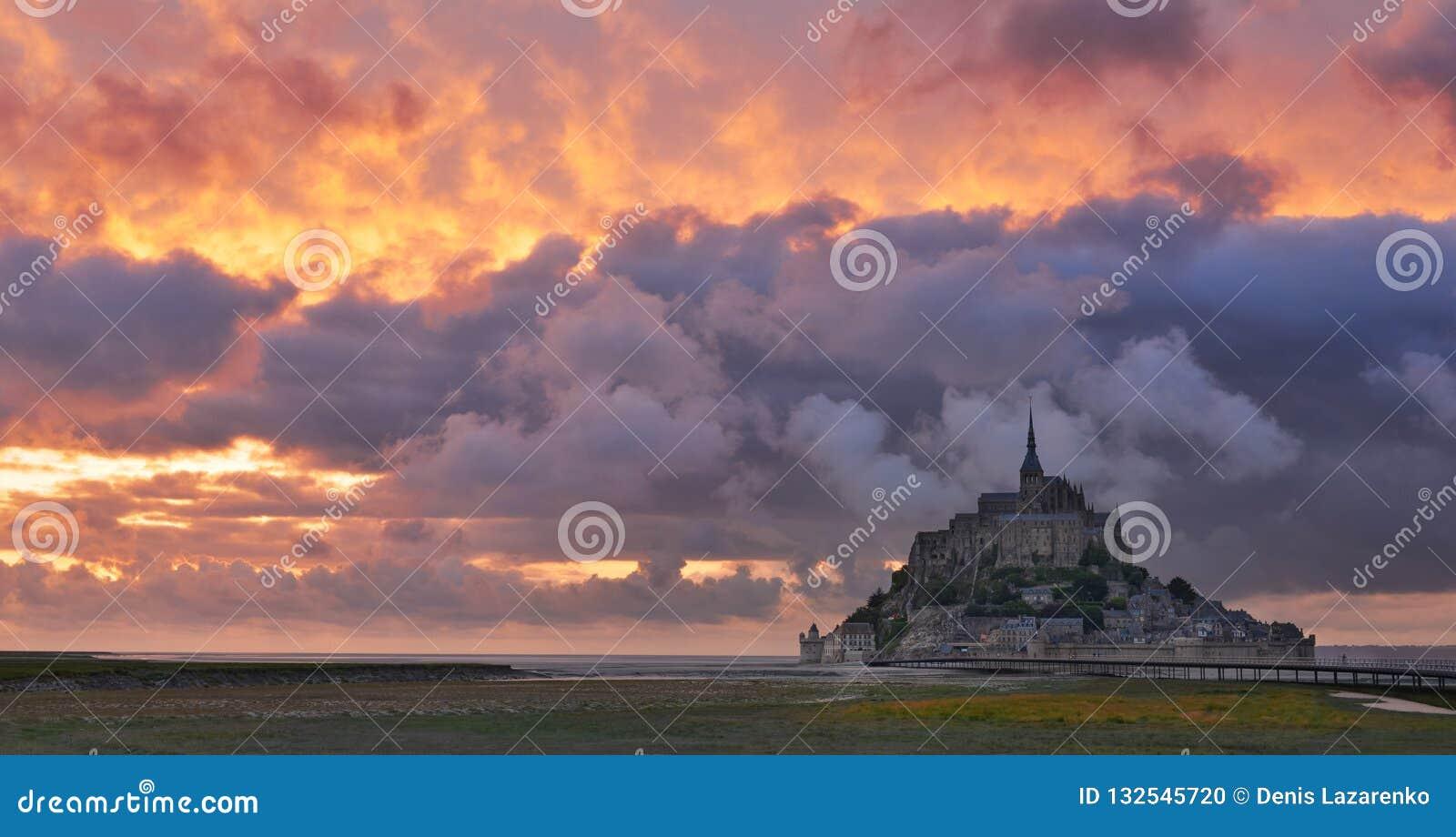 Святой Мишель Mont на заходе солнца