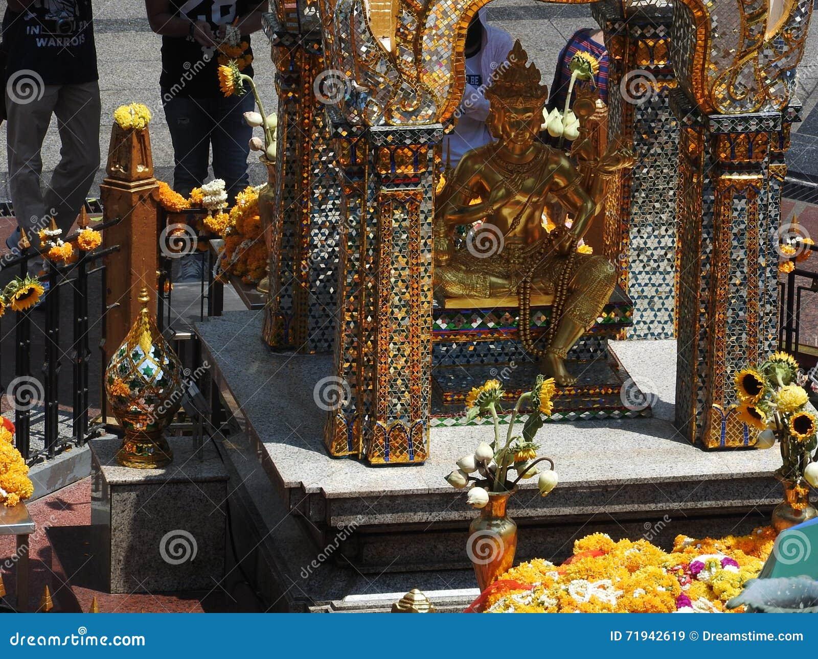 Святыня Erewan с 4 смотреть на Буддой