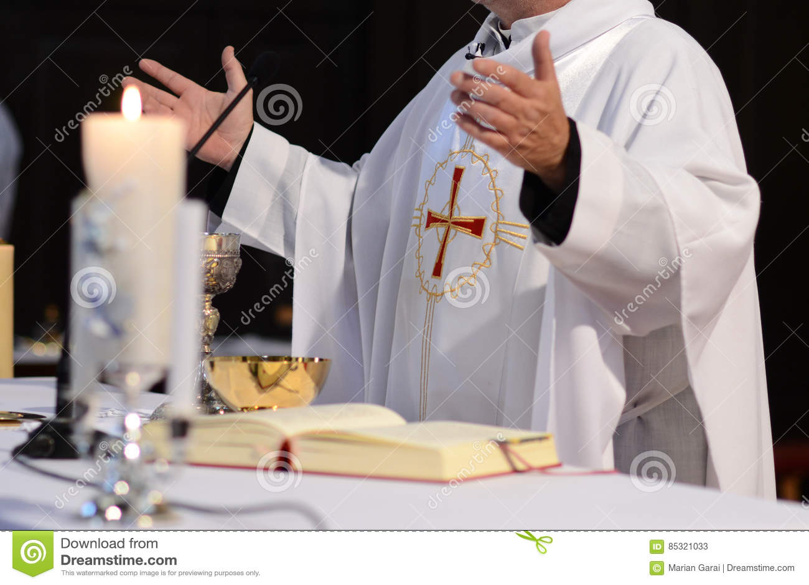 Священник и поклонение на алтаре