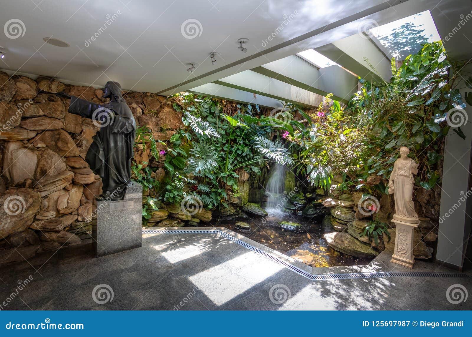 Священный фонтан на виске доброй воли - интерьера Vontade горжетки Templo da - Brasilia, Distrito федеральное, Бразилия