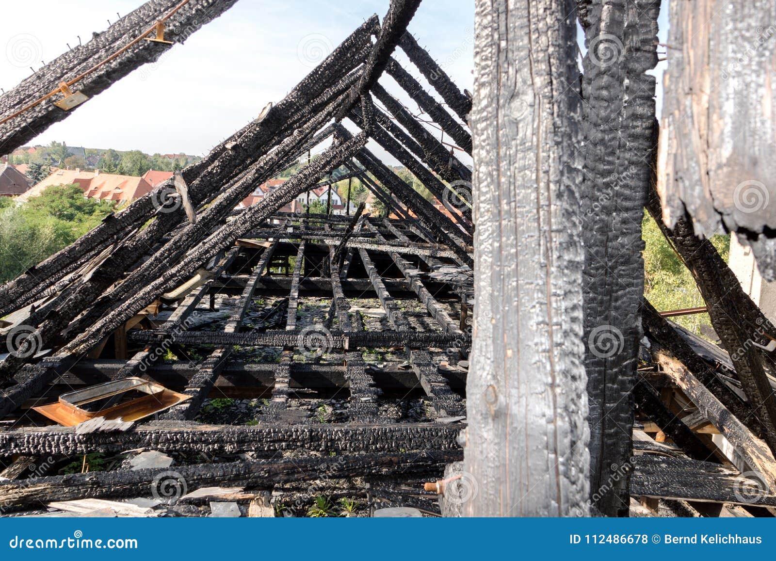 Сгорели щипец здания
