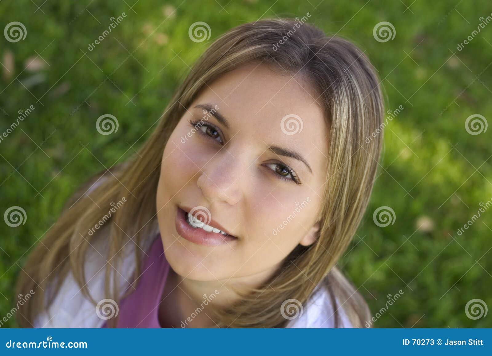 сдерживая женщина губы