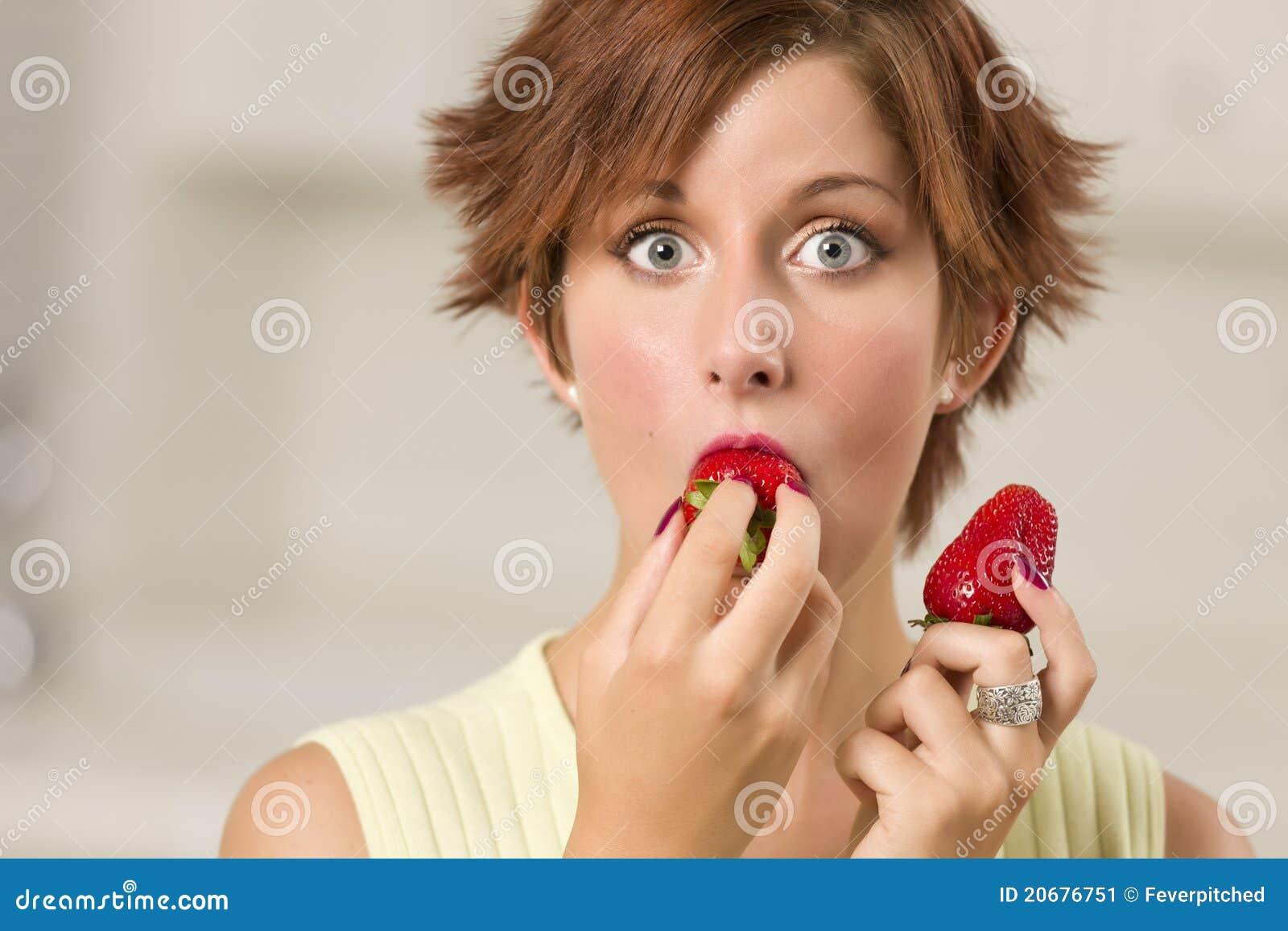 сдерживая eyed женщина милой клубники широкая