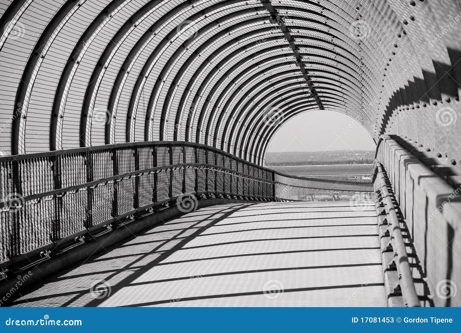 сдобренная дорожка моста конкретная стальная