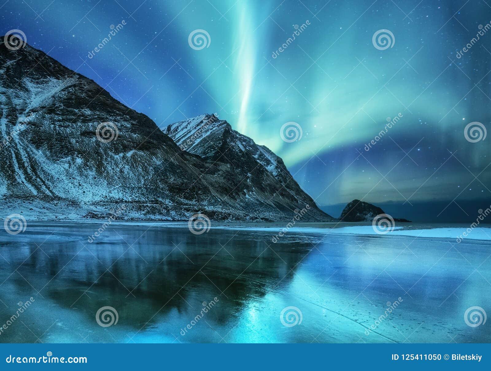 Северное сияние на островах Lofoten, Норвегии Зеленое северное сияние над горами Ночное небо с приполюсными светами