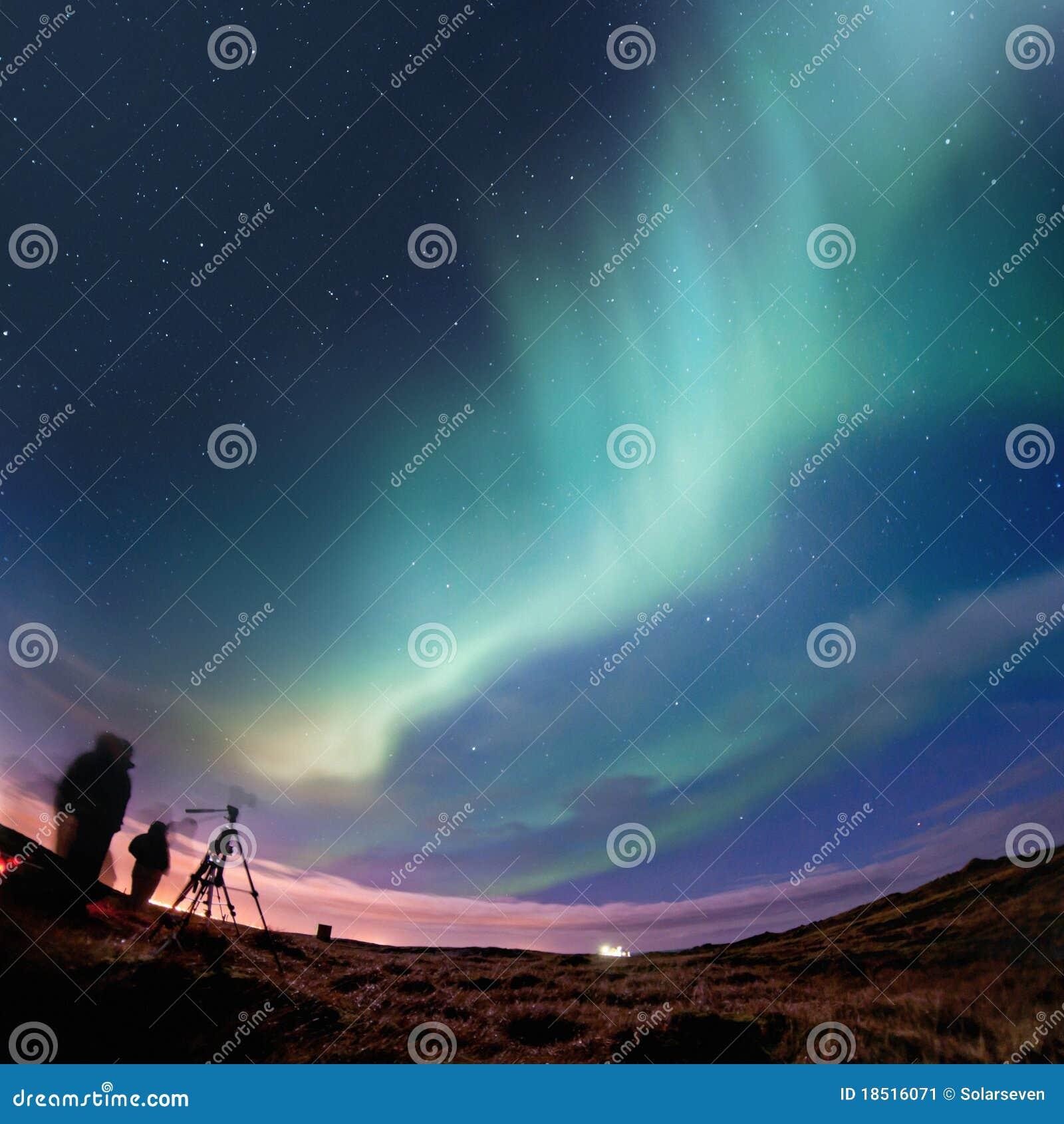 северное сияние освещает северную
