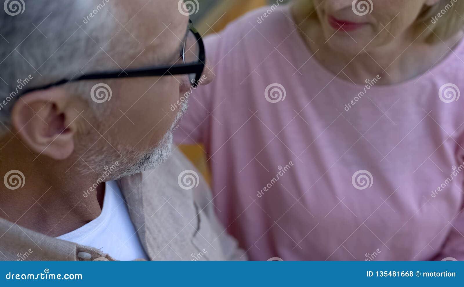 Седой человек смотря милую женщину, романтичные отношения, сомкнутость старости