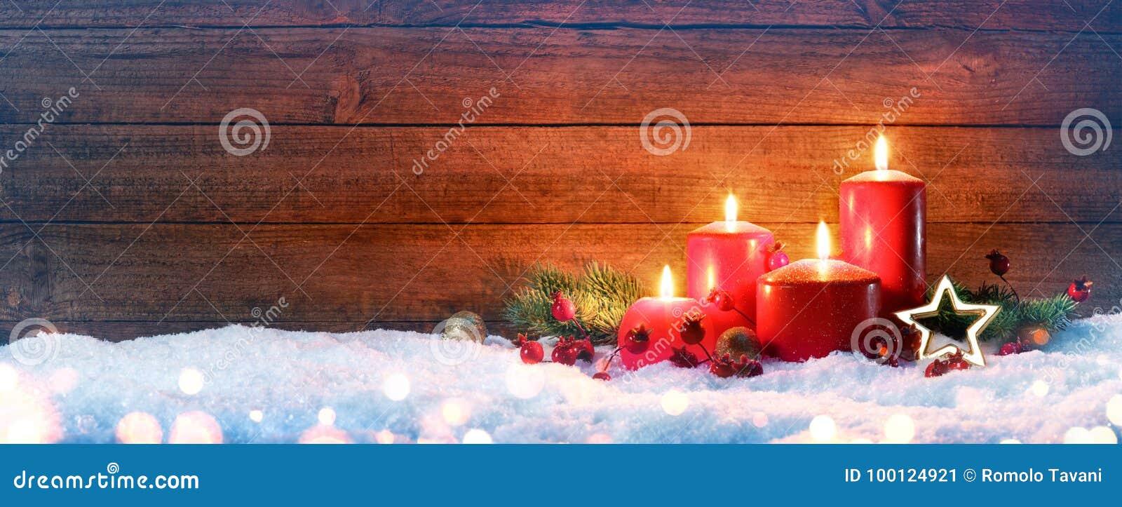 Сезон пришествия - 4 красных свечи на снеге