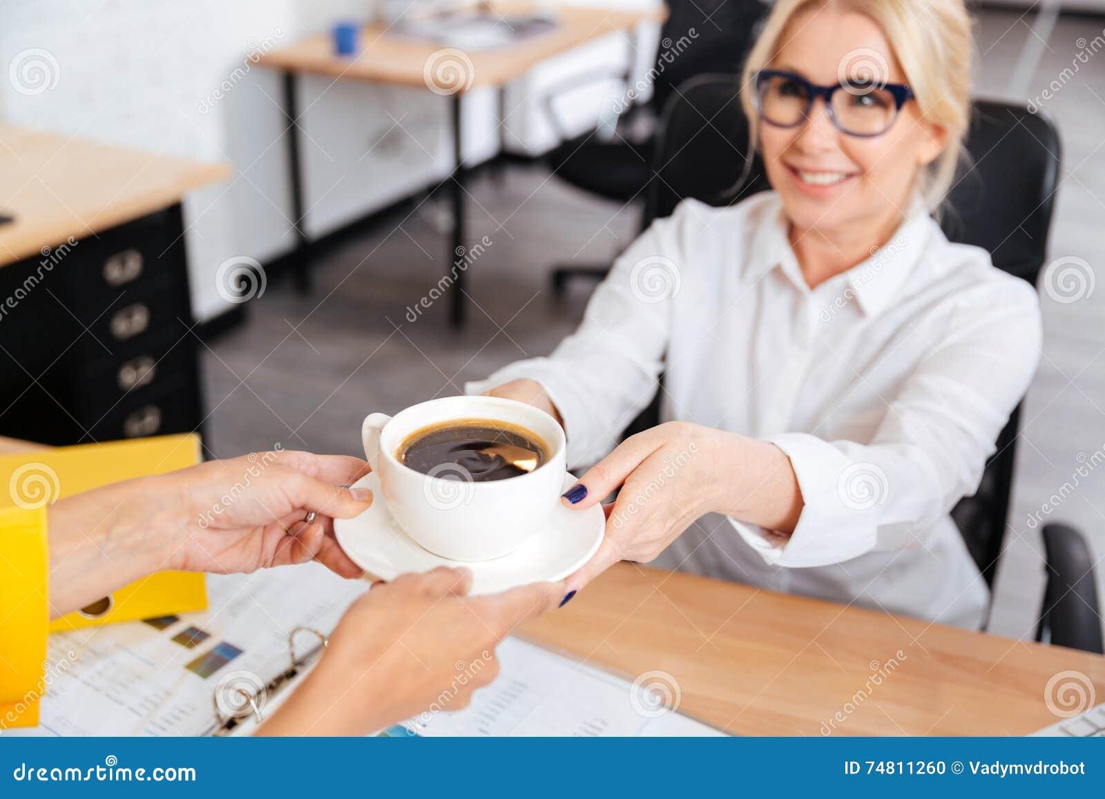 секретарша приносит кофе фото сожалению всех