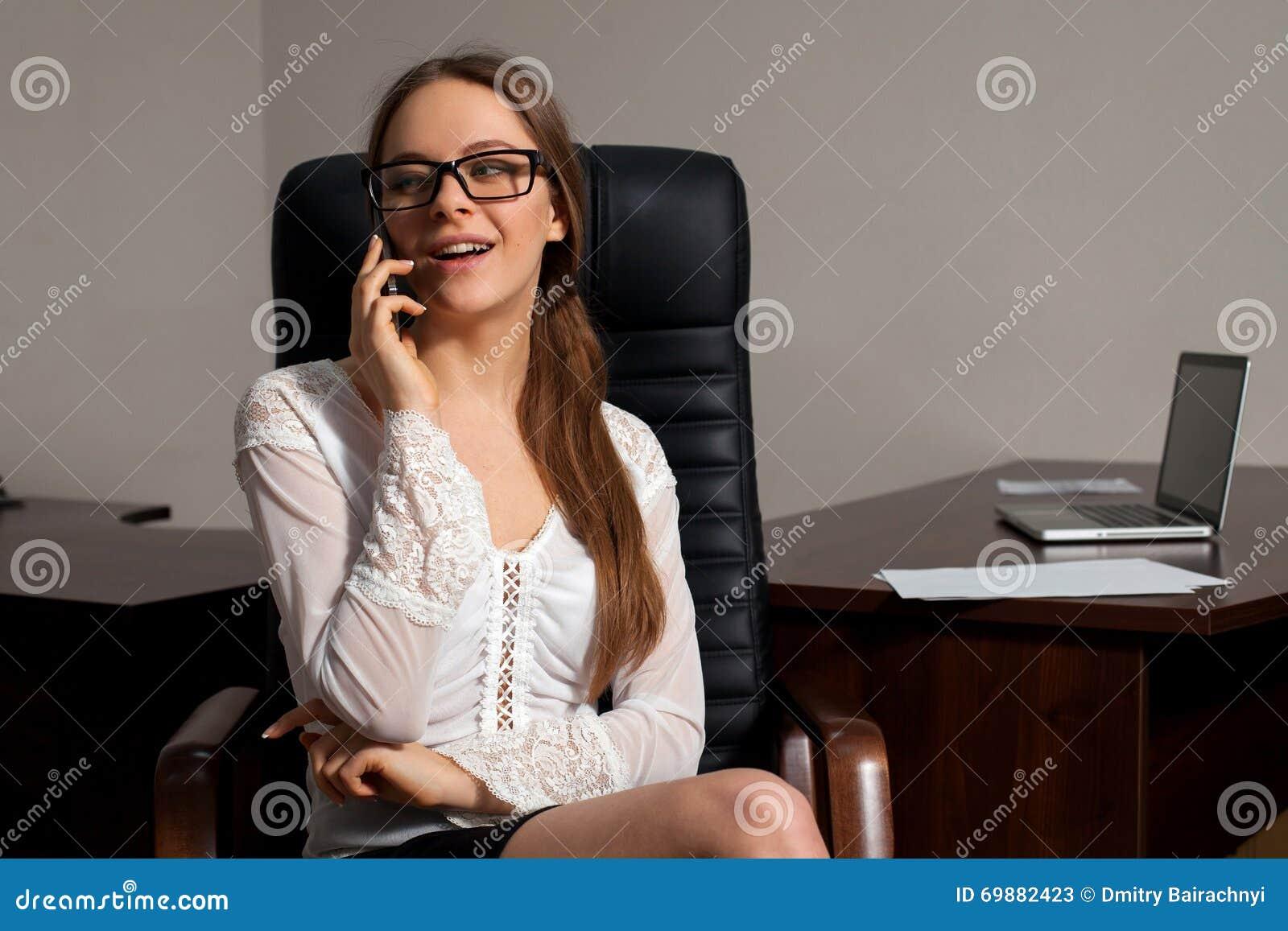 Секретарша в офисе скачать фото 328-229