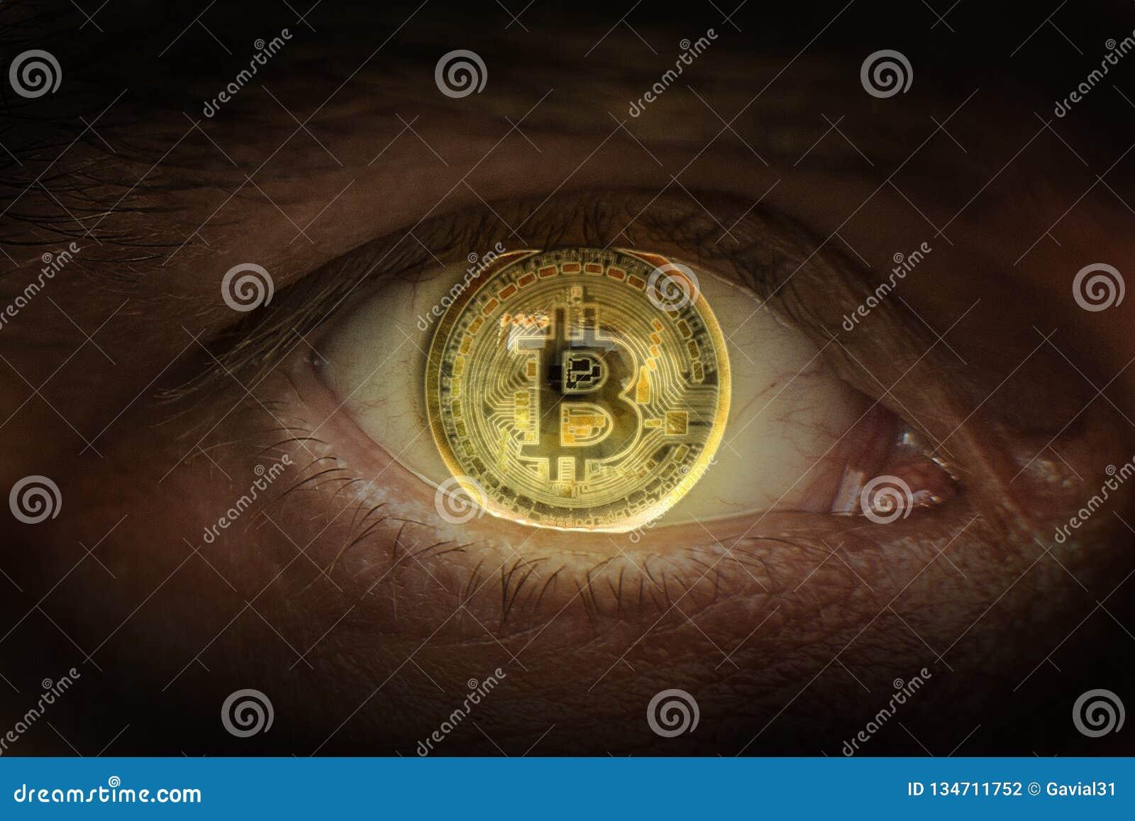 Секретное золото Bitcoin валюты Bitcoins стрельбы макроса Глаз человека с монеткой bitcoin отраженной в студенте