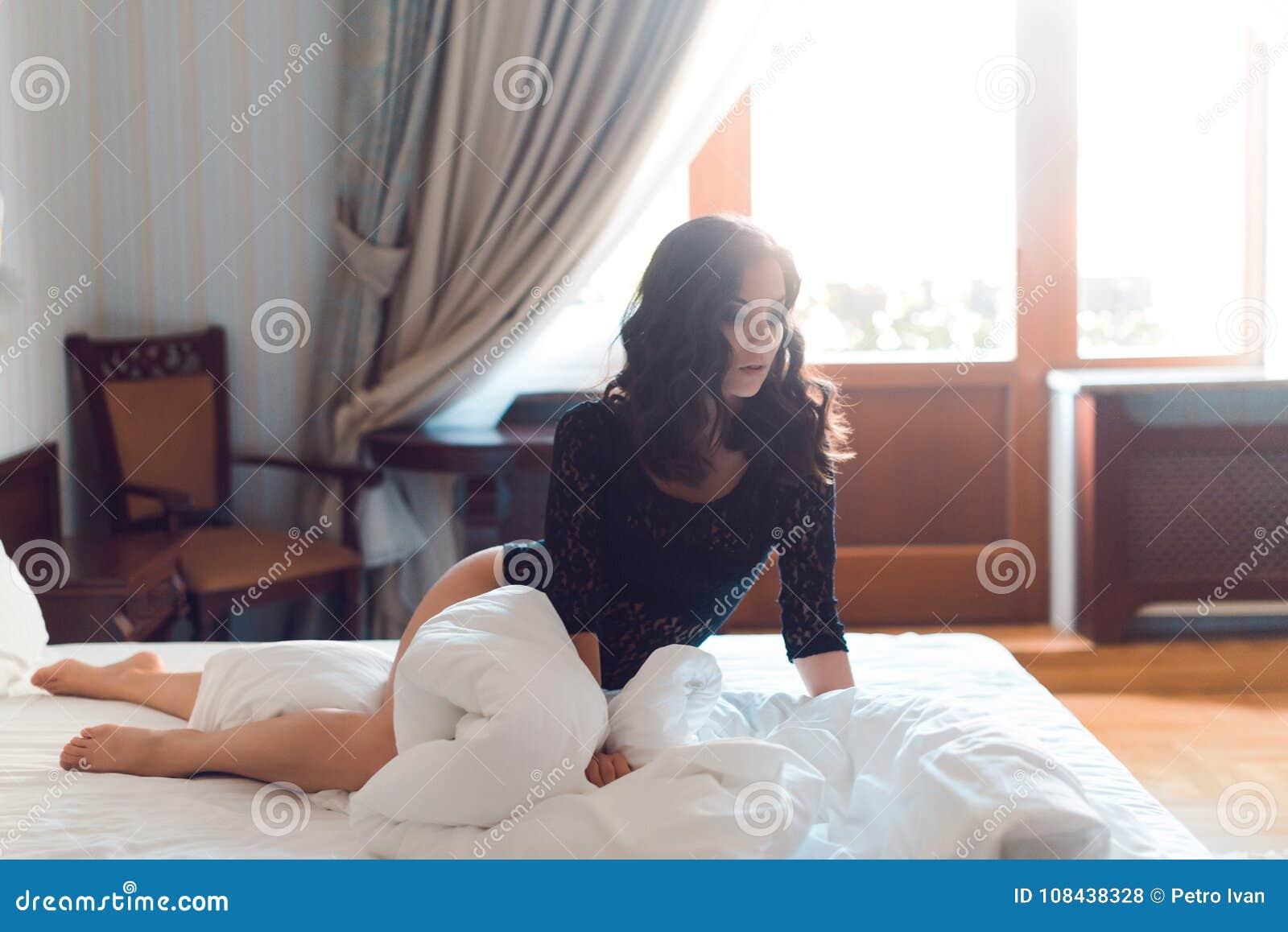 Сексуальная девушка при длинное одетые вьющиеся волосы и красивые подбитые глазы,