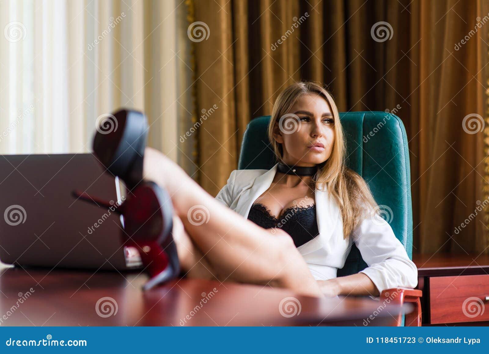 seksualnie-devushki-ofisa-porno-foto-u-tetki-dirisha-v-anuse