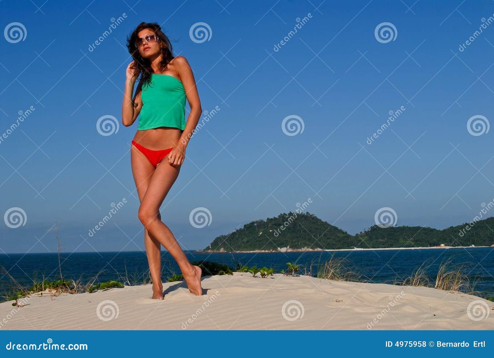 сексуальное модели бикини пляжа красное
