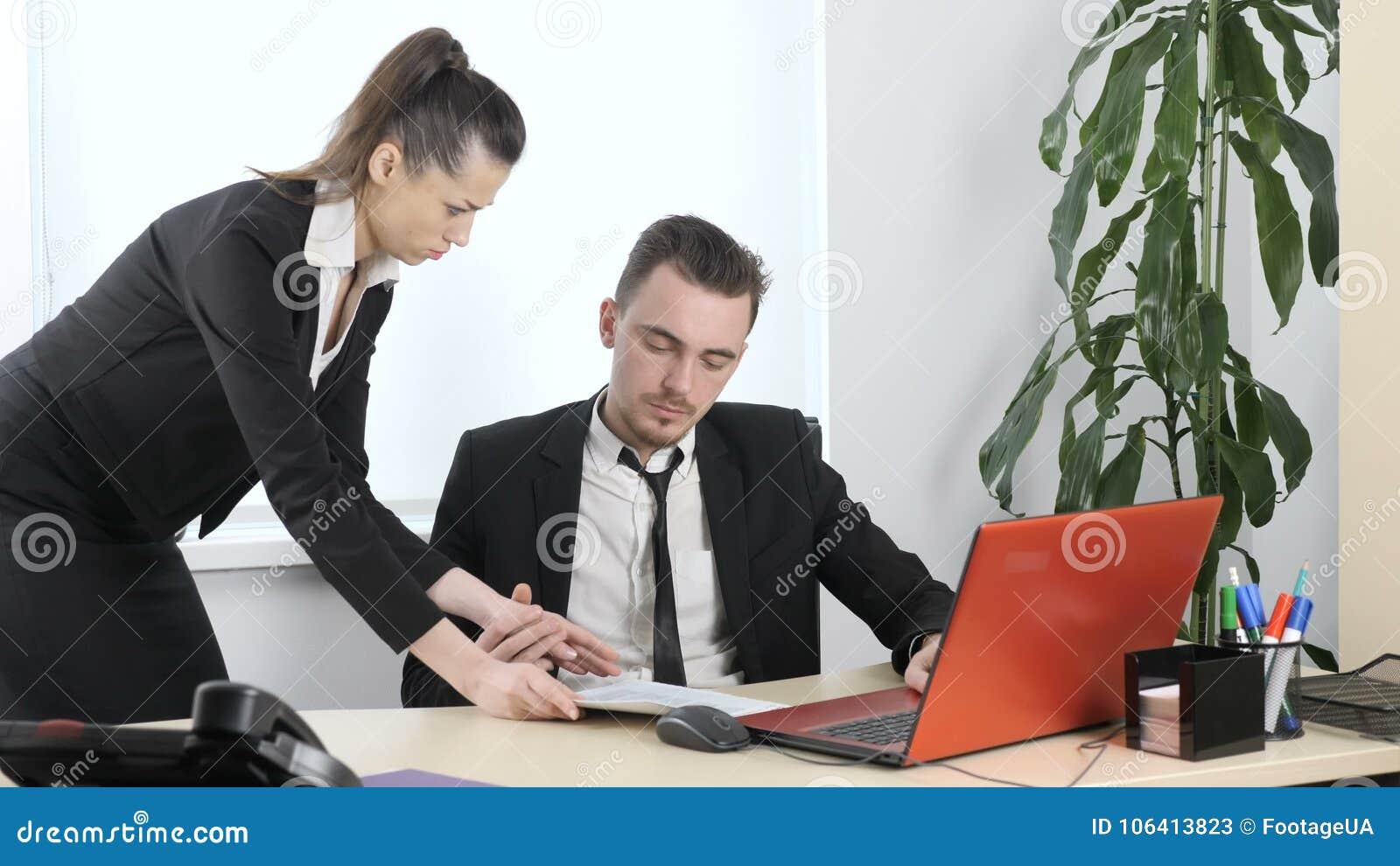 У босса в офисе с секретаршой