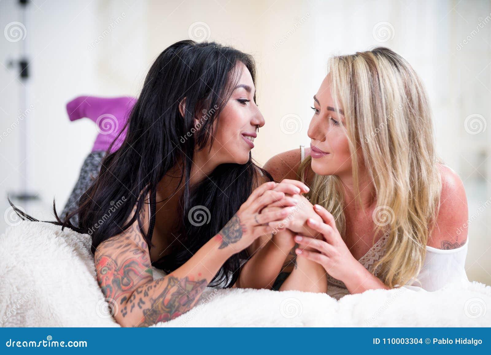 На кровати фото лесбиянок, многочисленные оргии бисексуалов