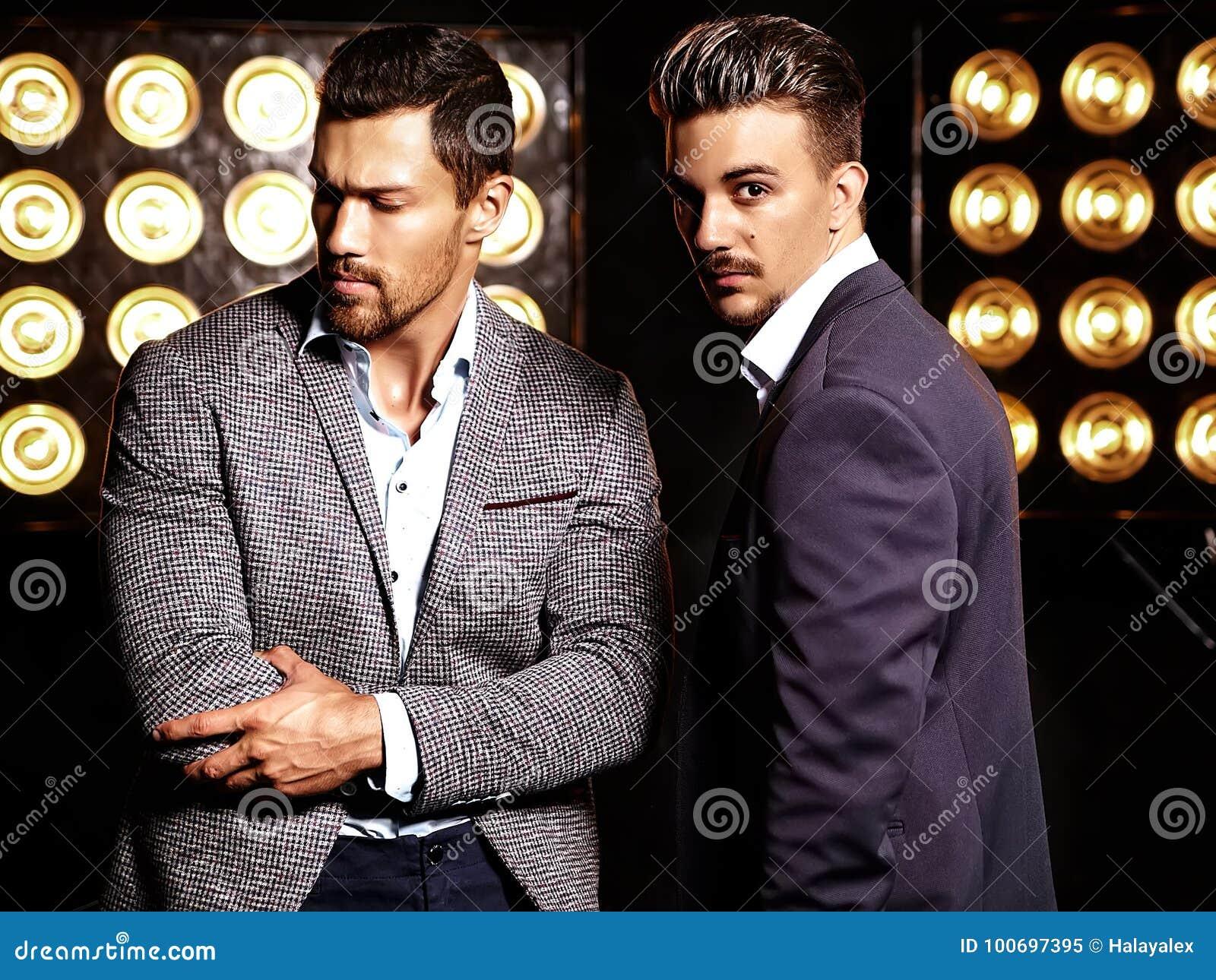 Сексуальный красивый мужчина моды 2 моделирует людей одетых в элегантных костюмах