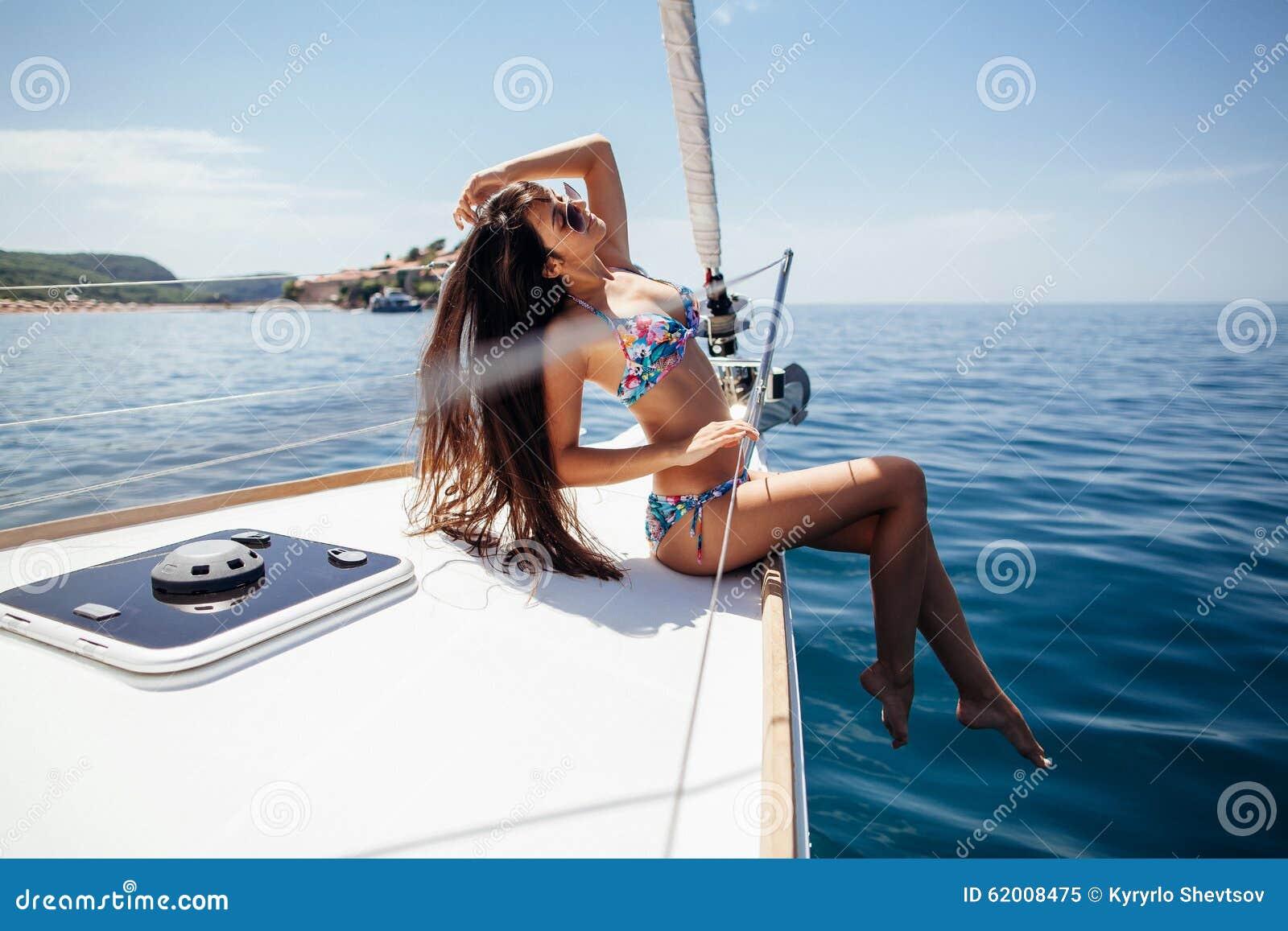Сексуальная девушка на яхте