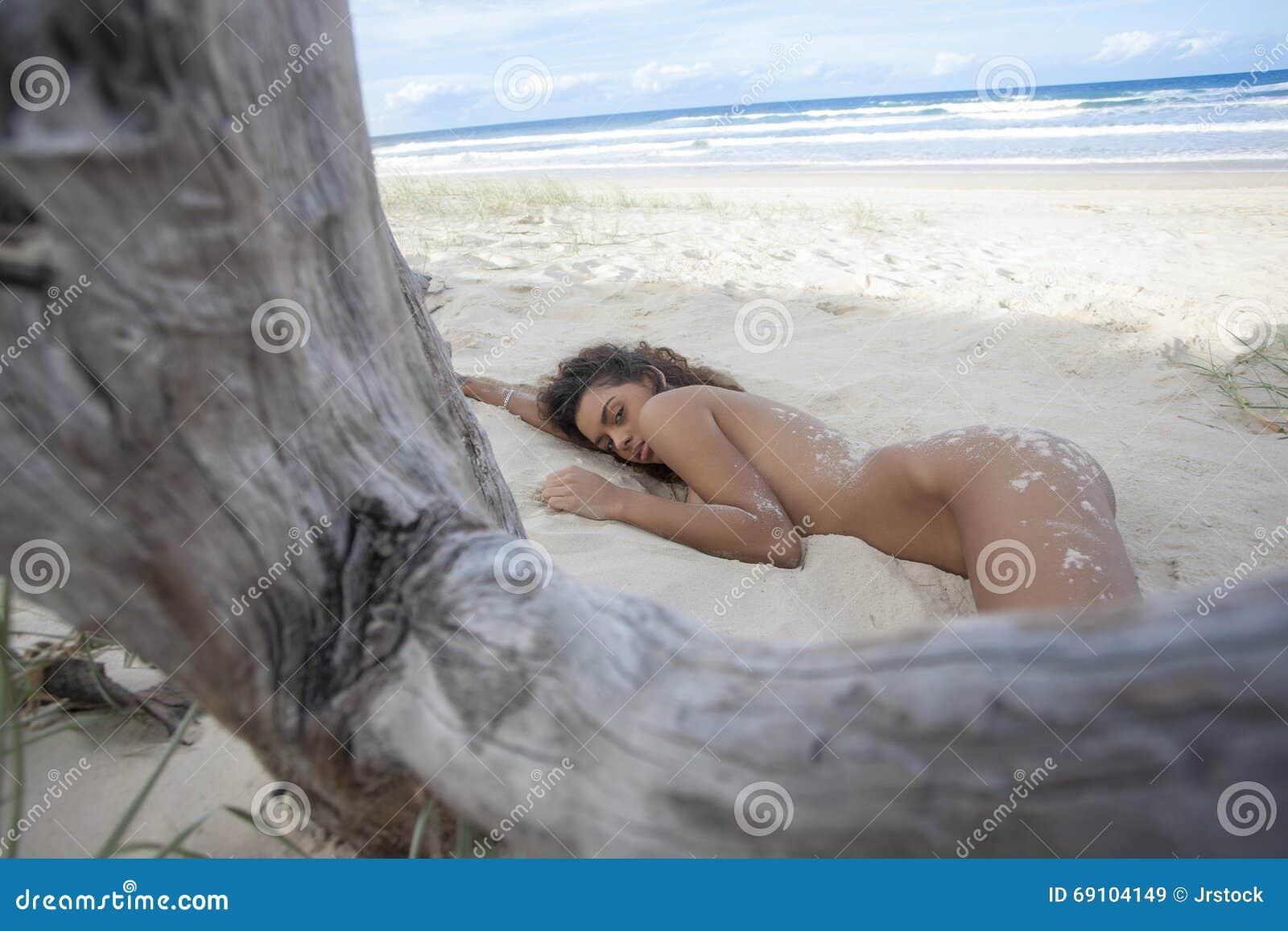 Сексуальная девушка на пляже в песке
