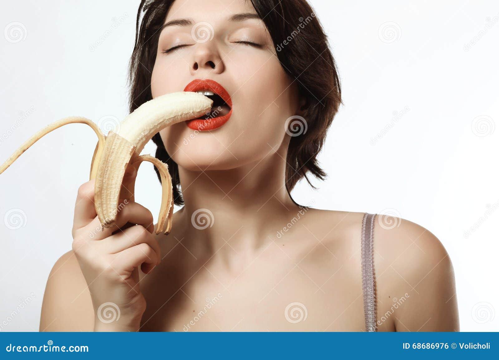 Девушки играют с бананом — photo 14