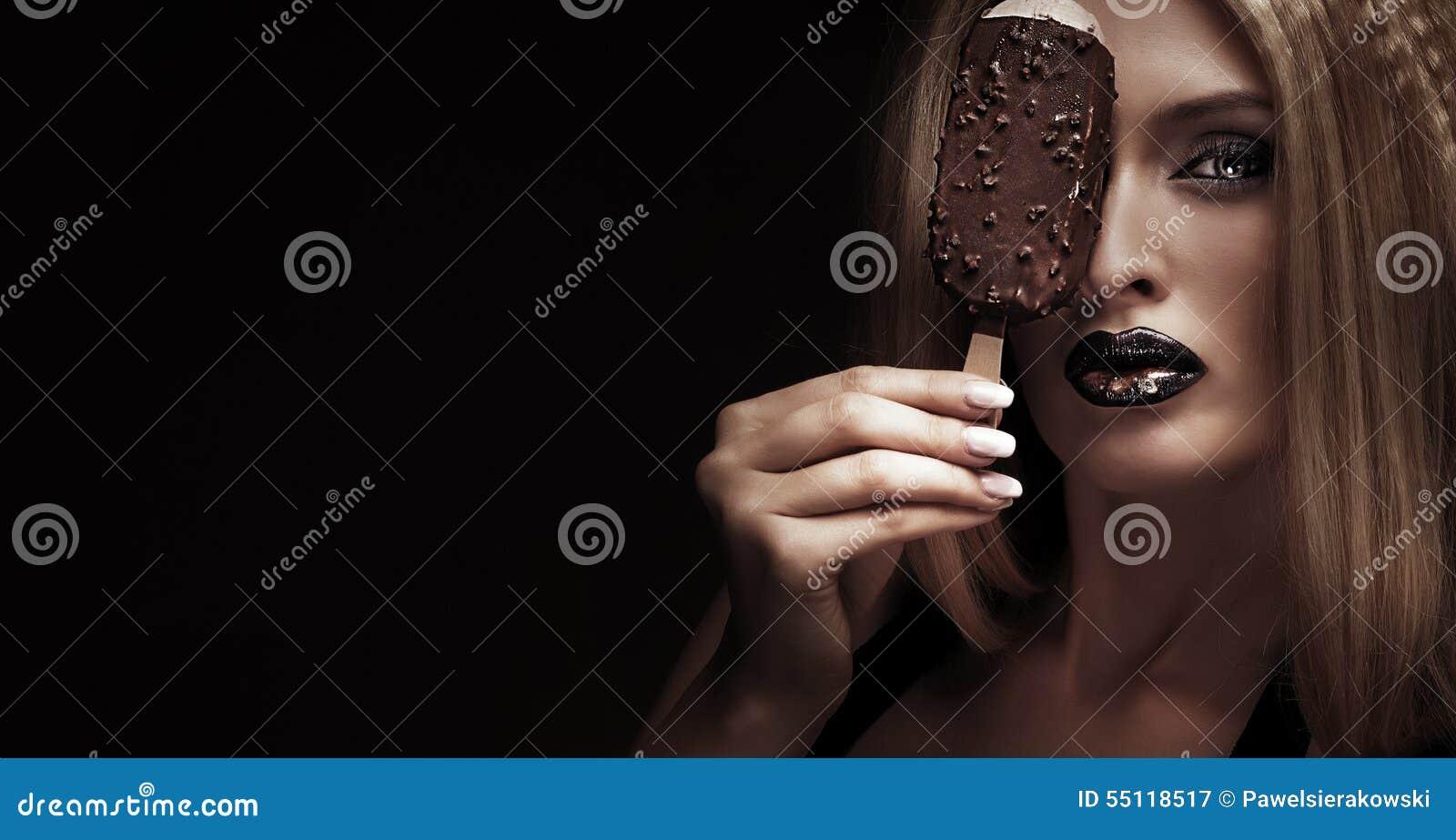 Сексуальные девушки с мороженым
