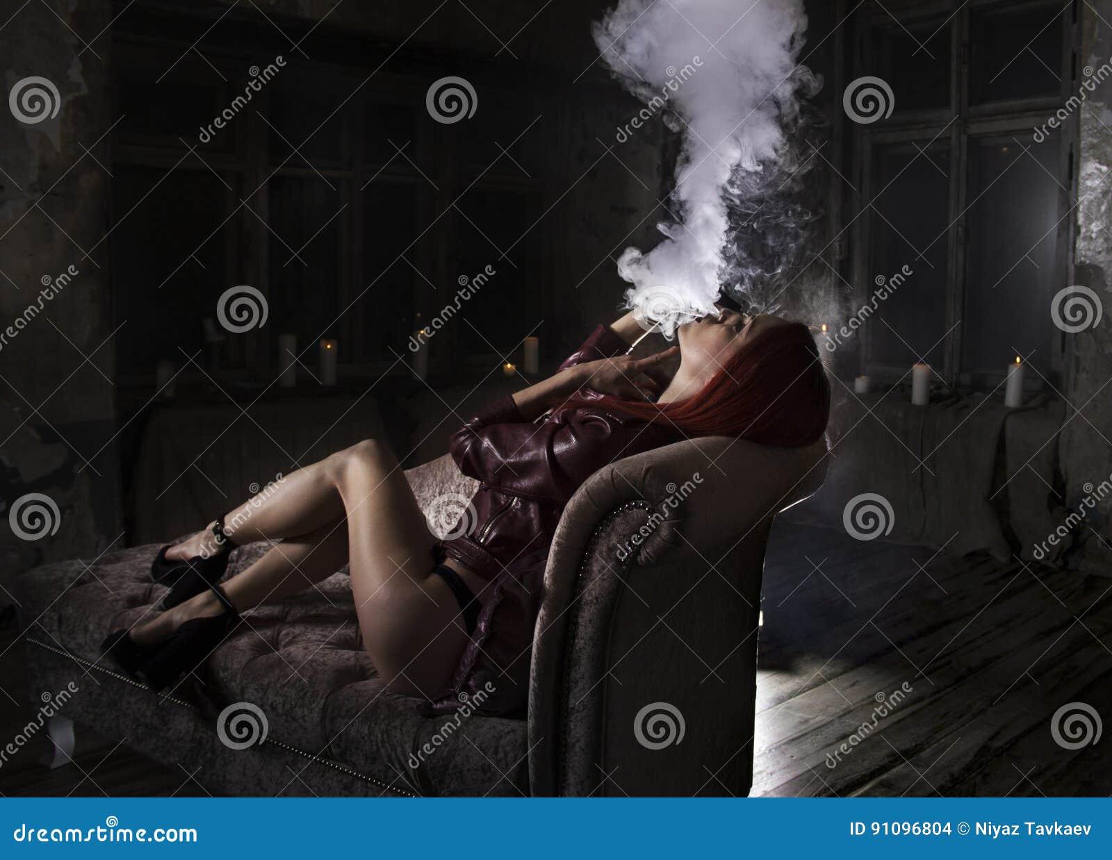 Курит сигарету и ласкает — 15