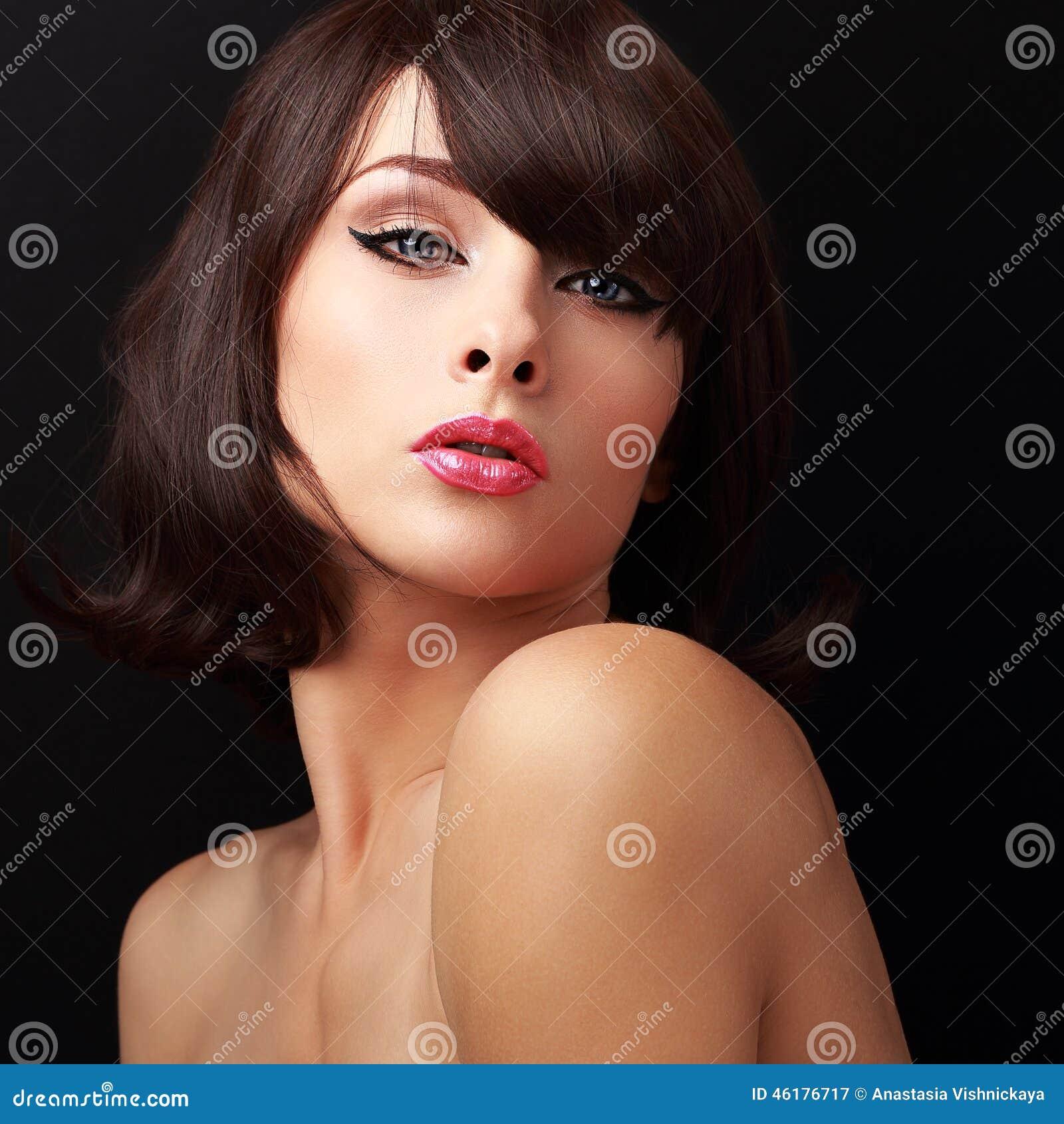 Сексуальная женщина состава с красными сексуальными губами и волосами краткости коричневыми