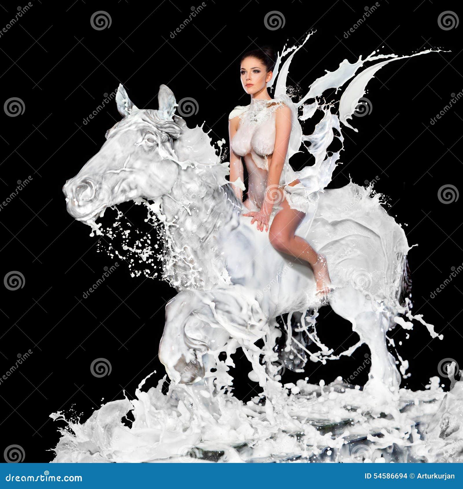 Сексуальная женщина с лошадью молока