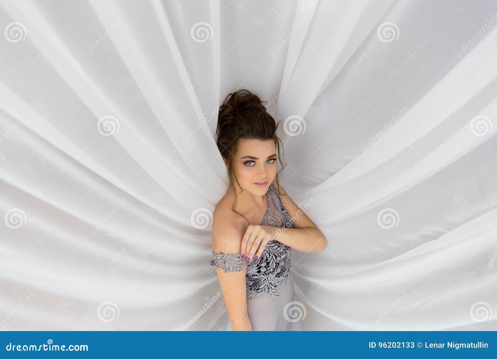 Фото девушки в эротичном платье, телеведущая эротическое фото