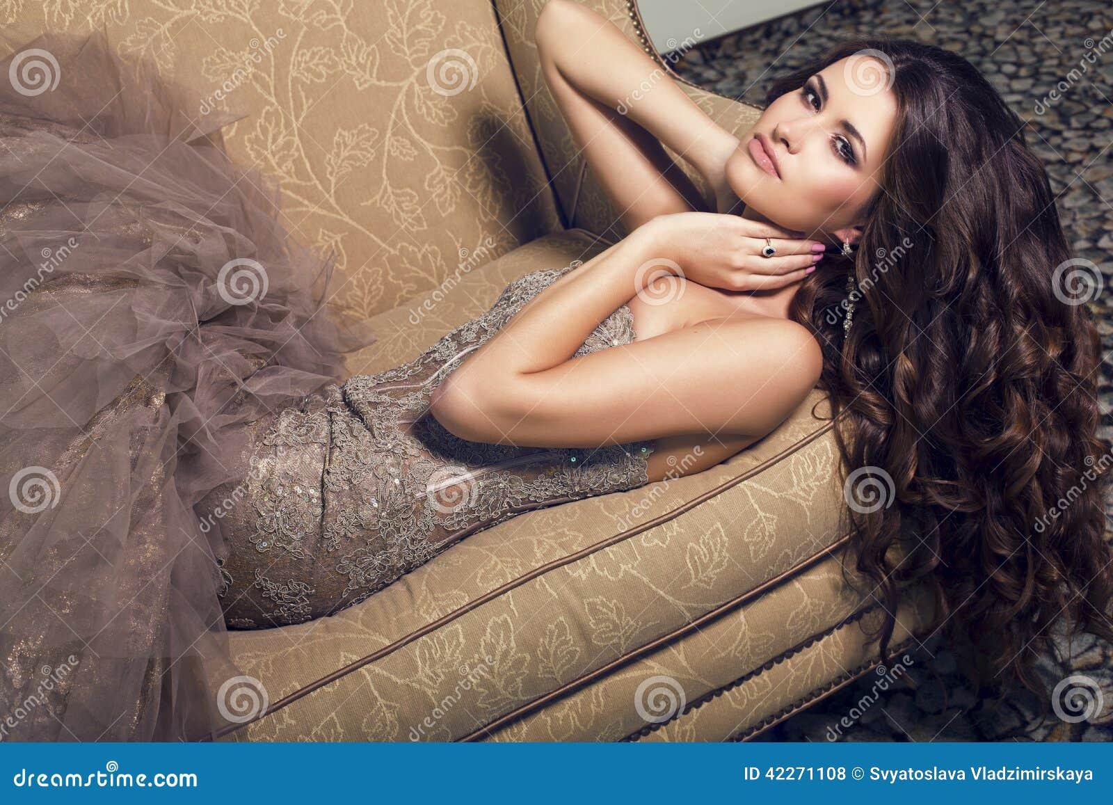 Красивая Девушка На Роскошном Диване