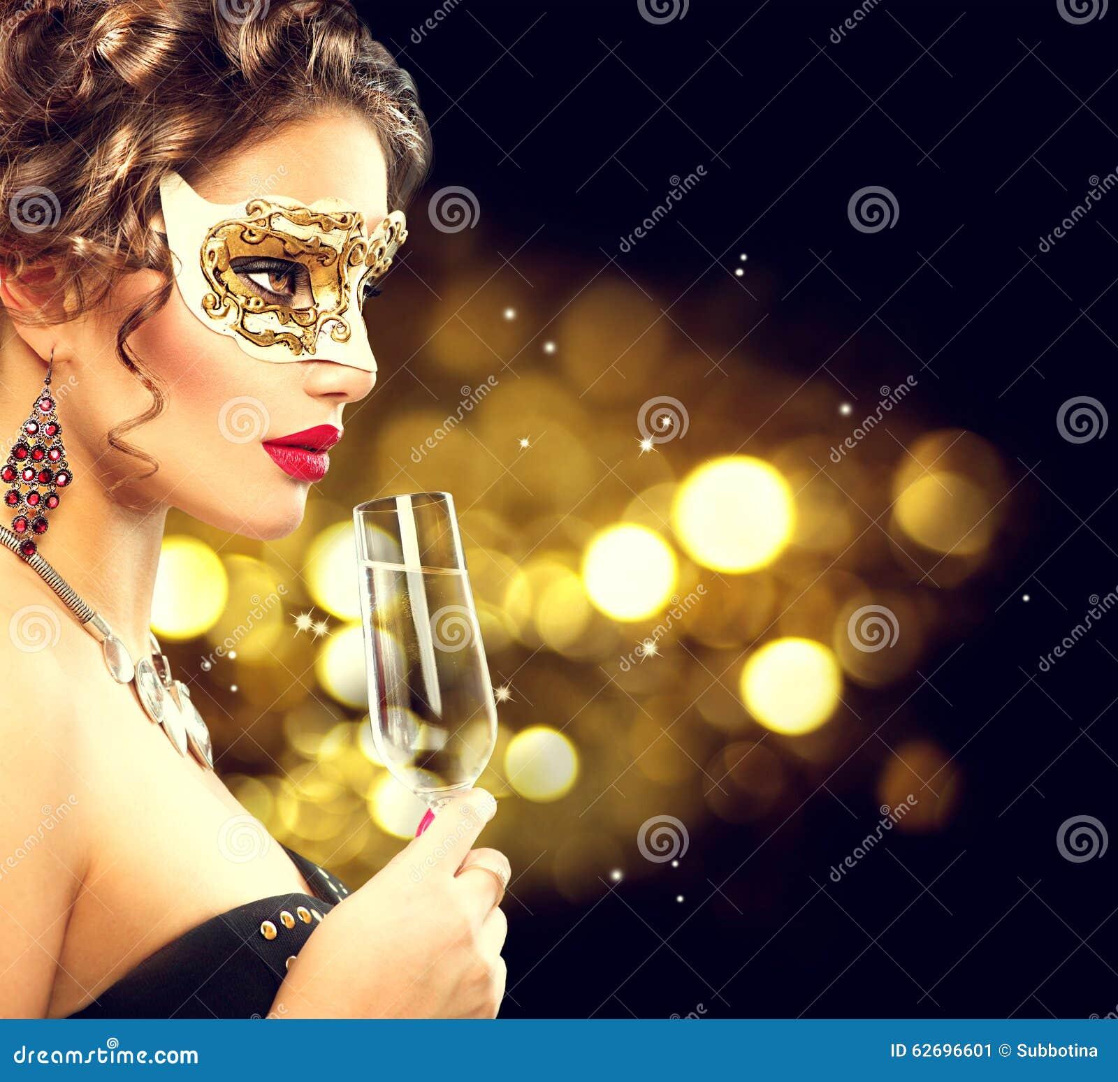 Сексуальная модельная женщина с стеклом шампанского
