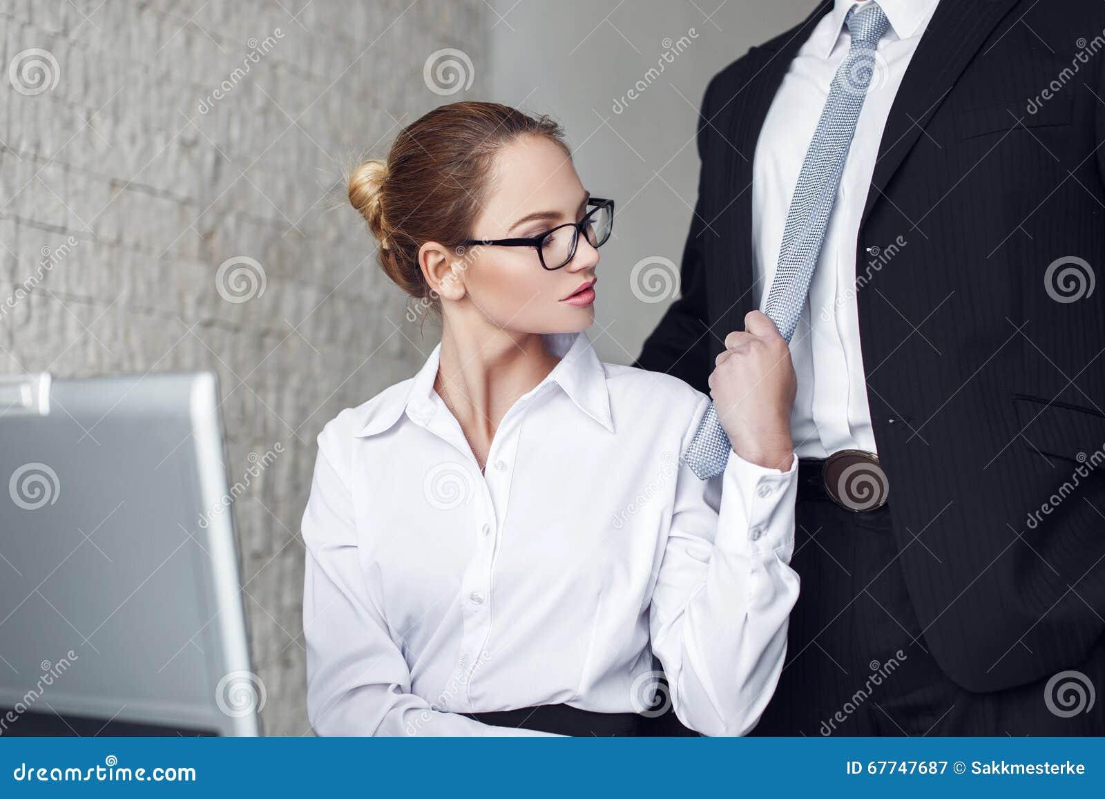 Секретарша в офисе скачать фото 328-684