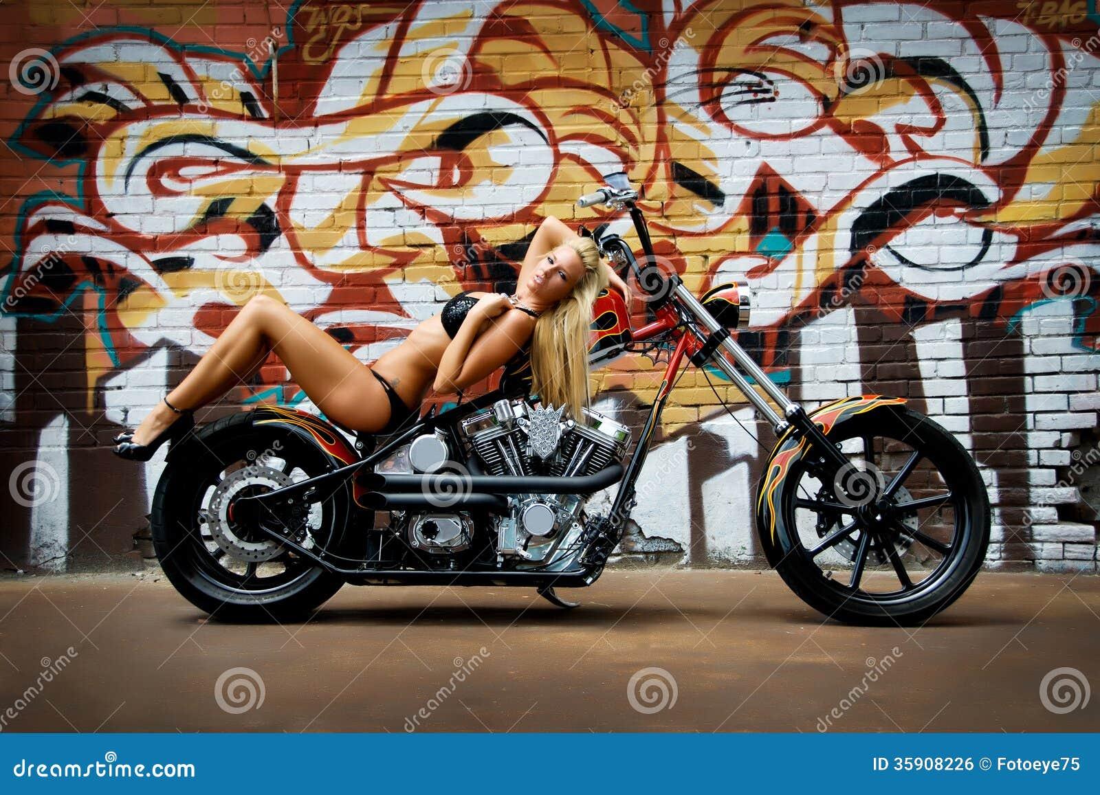 Мотоцикл и модель в бикини