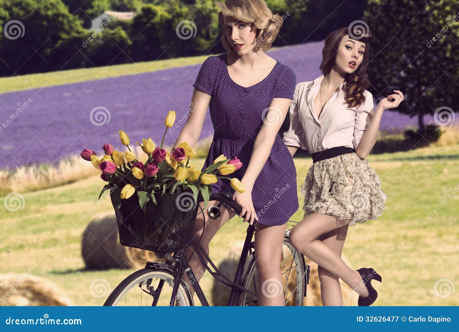 Сексуальные винтажные девушки с велосипедом