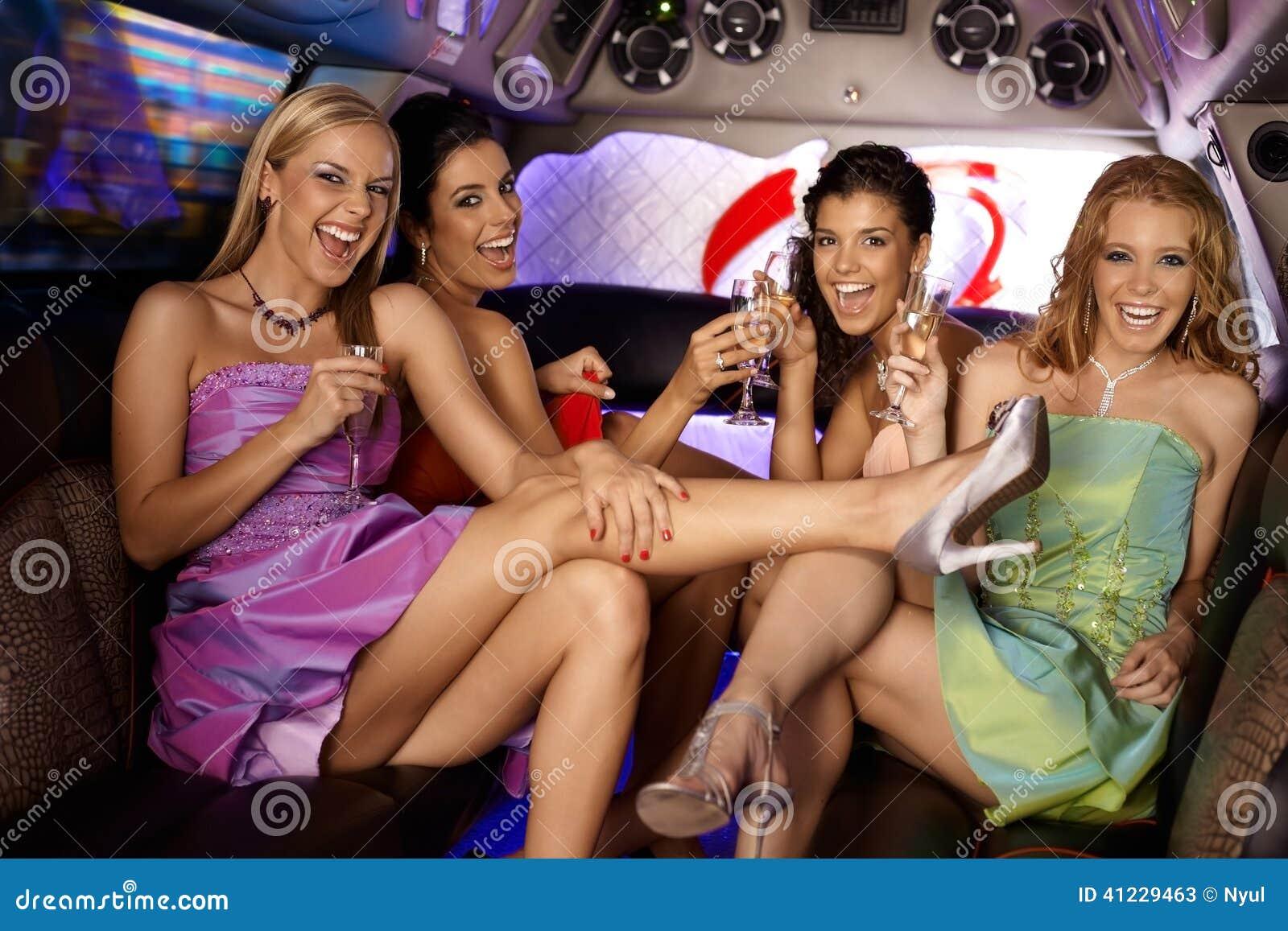 Сексуальные девушки имея партию
