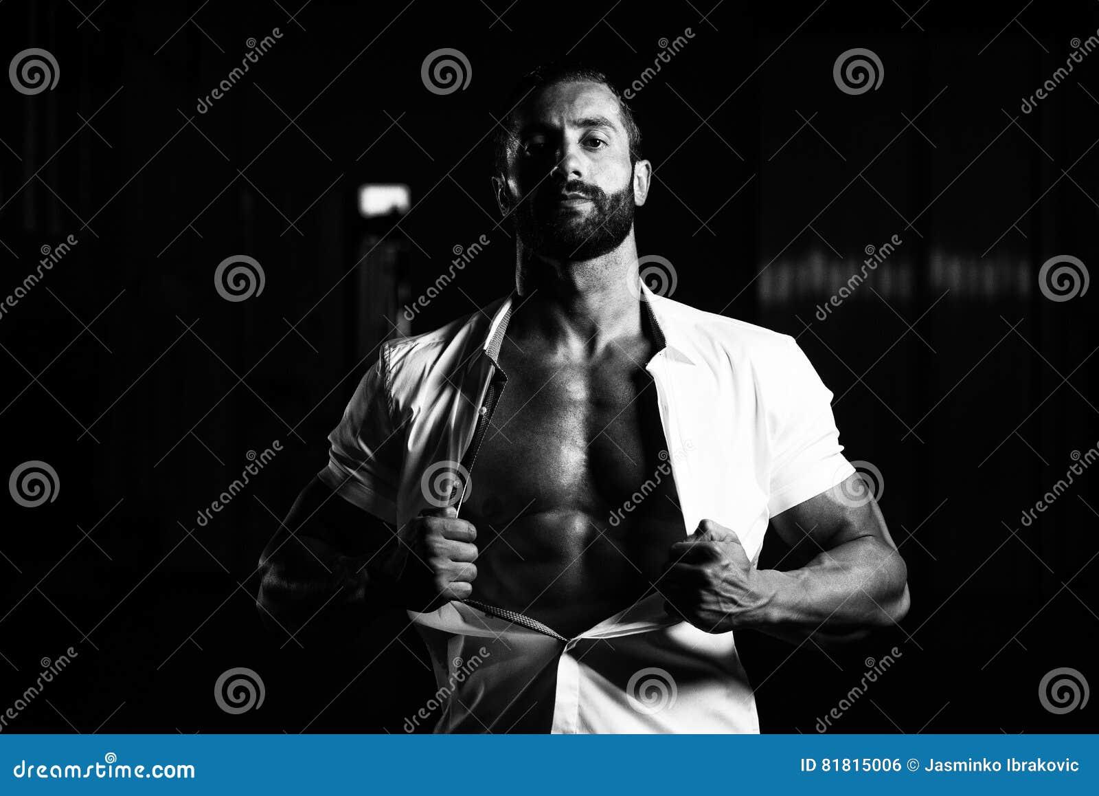 Сексуальный итальянский человек представляя в белой рубашке