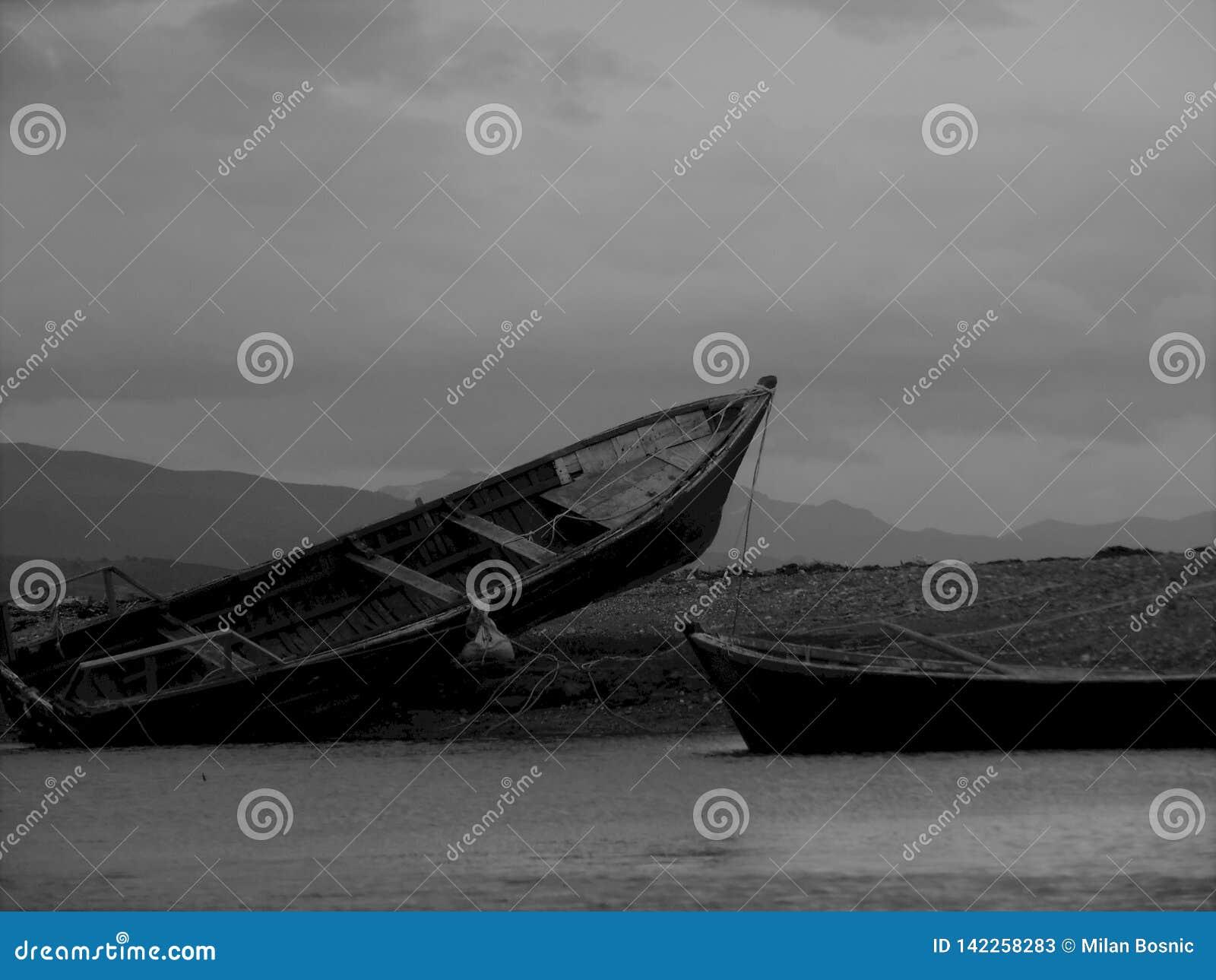 Сели на мель рыбацкие лодки