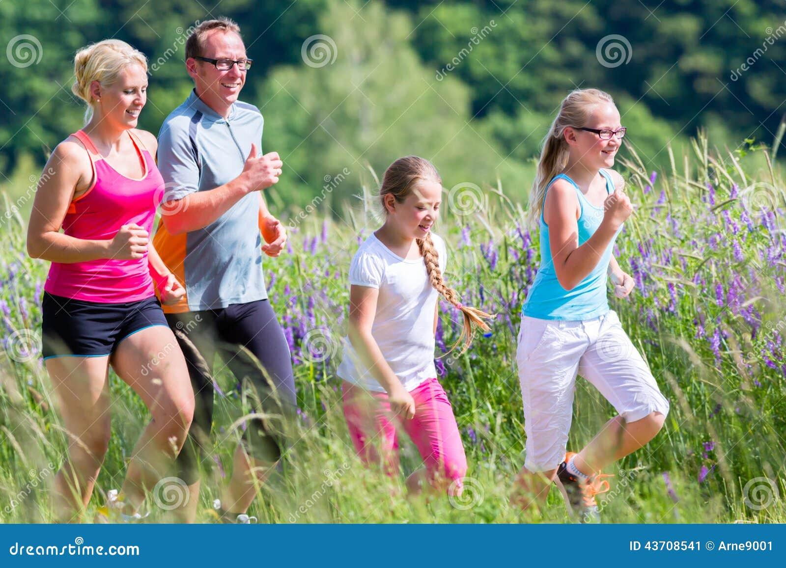 Семья бежать для лучшего фитнеса в лете