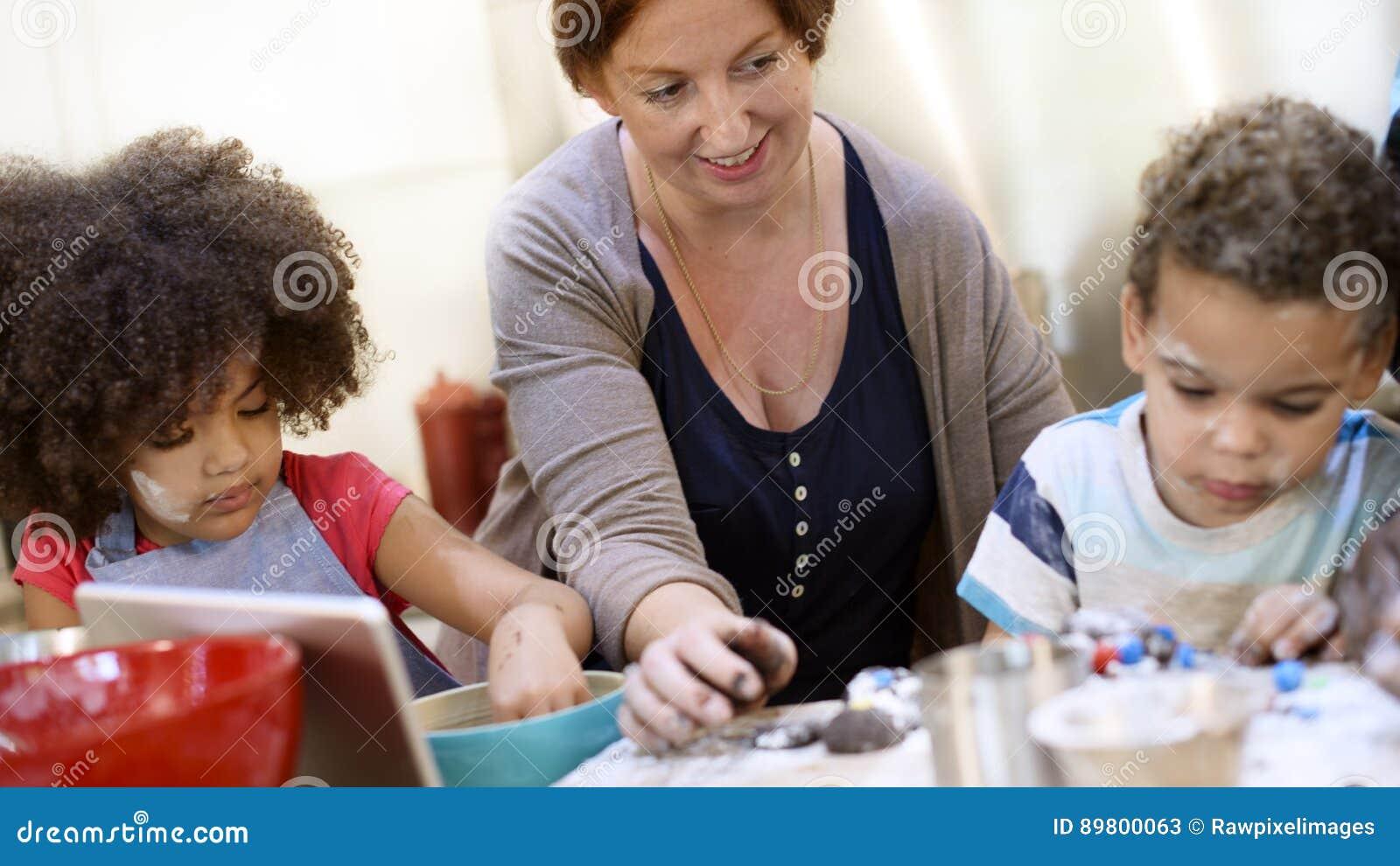 Семья варя концепцию единения еды кухни