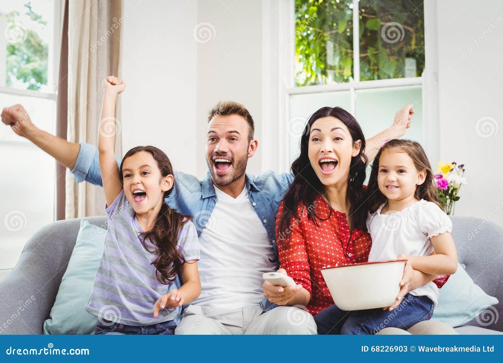 Семья веселя пока смотрящ ТВ дома