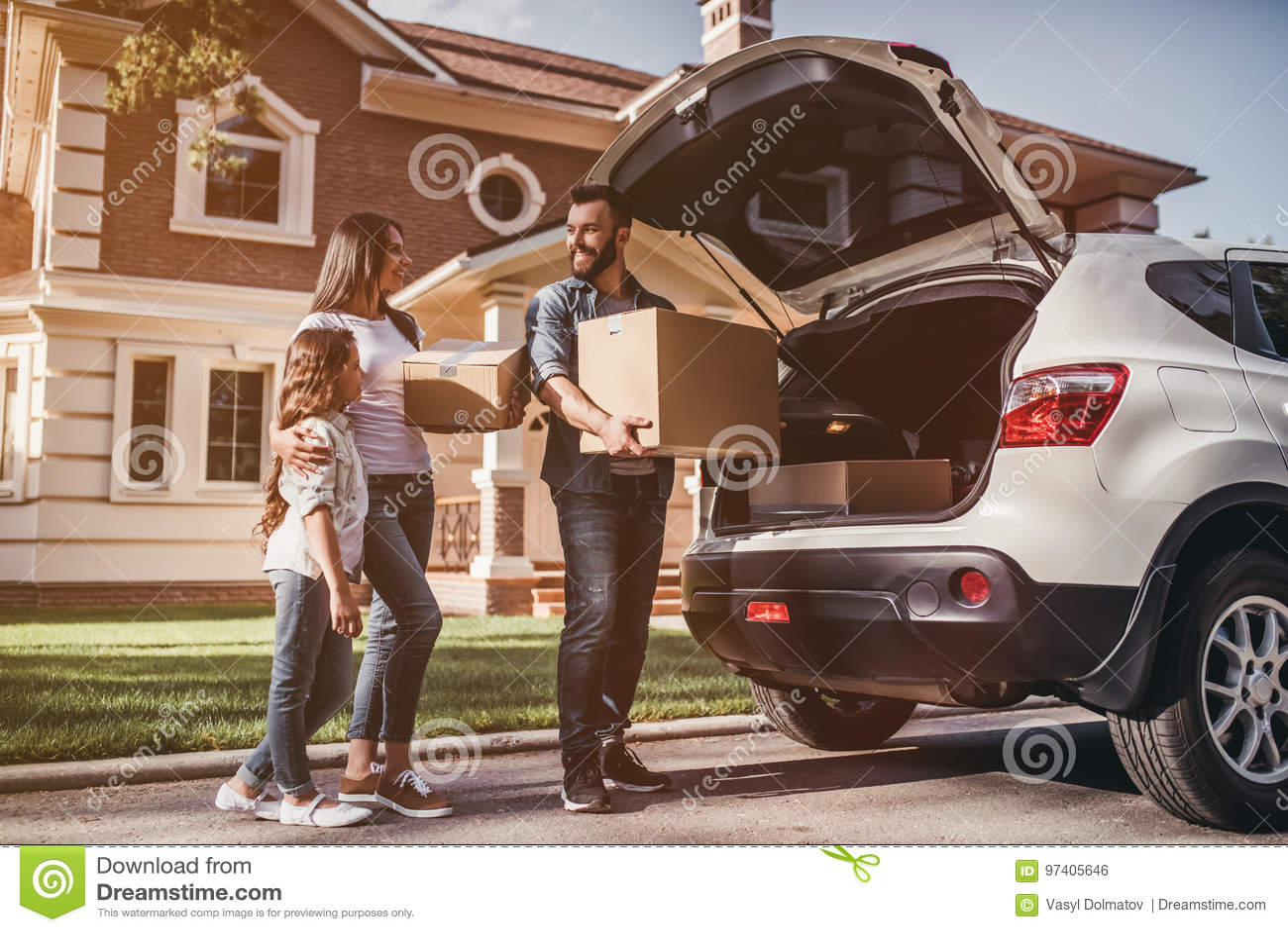 Семья двигая в новый дом