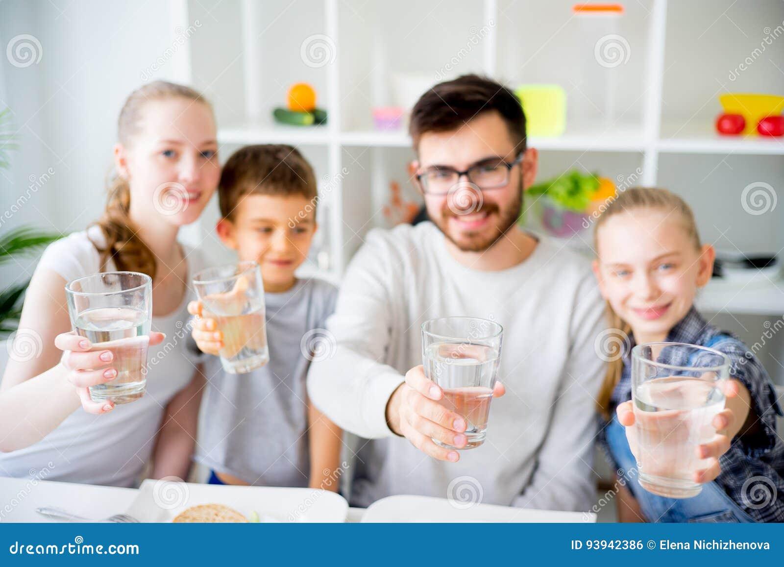 Семья выпивает воду