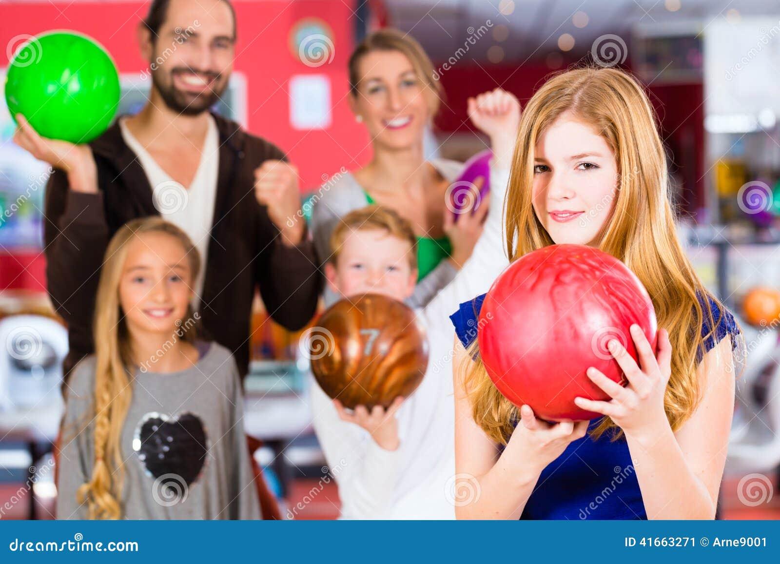 Семья в центре боулинга