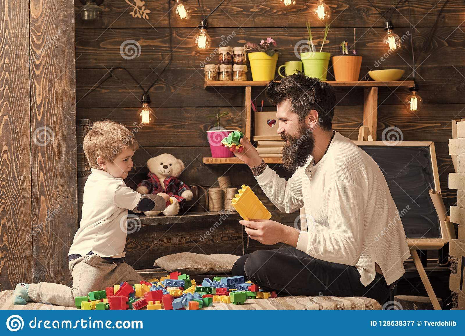 Семья играя с конструктором дома Папа и детская игра с автомобилями игрушки, кирпичами Питомник с игрушками и доской дальше
