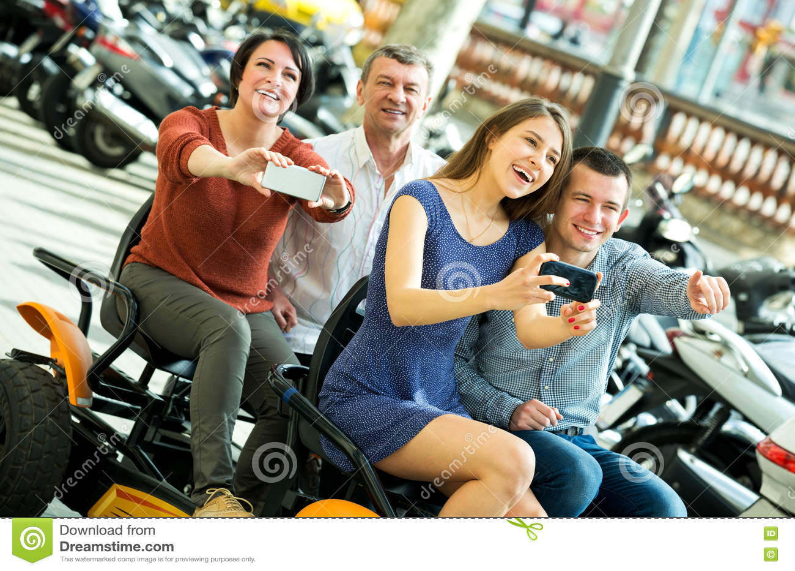 Семья из четырех человек сидя в грандиозном путешествии электрическом