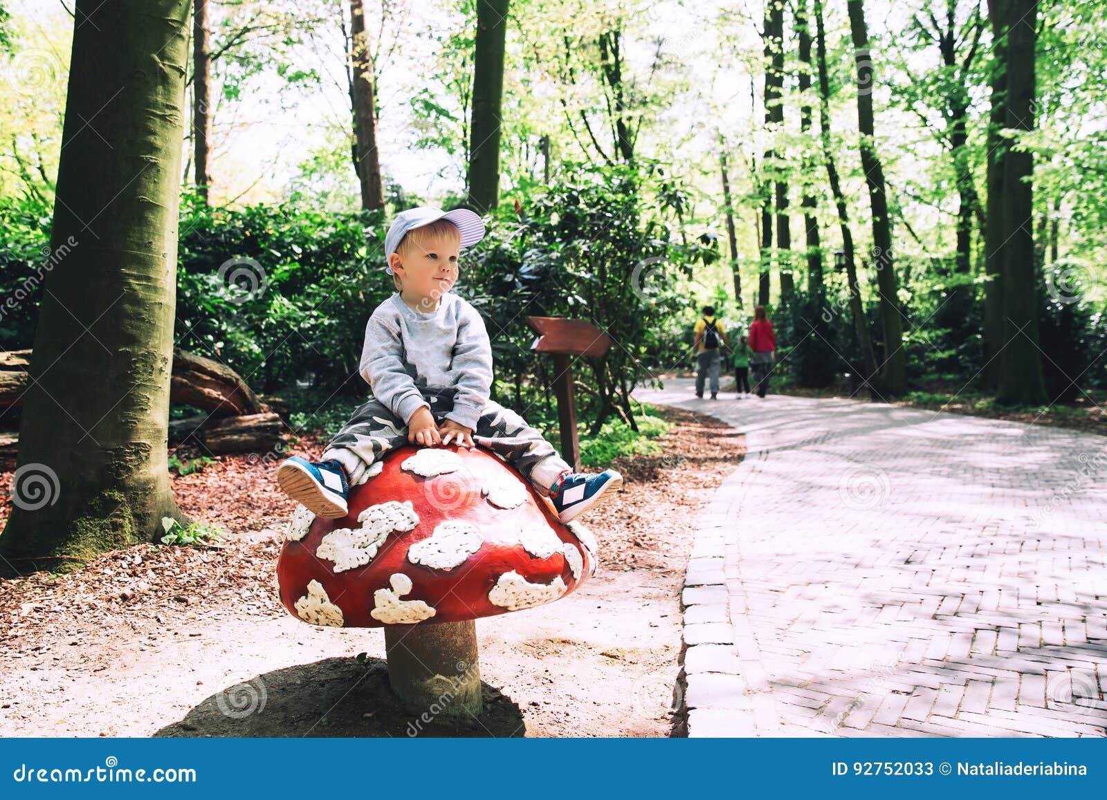 Семья имеет потеху на парке атракционов Efteling, Нидерландах