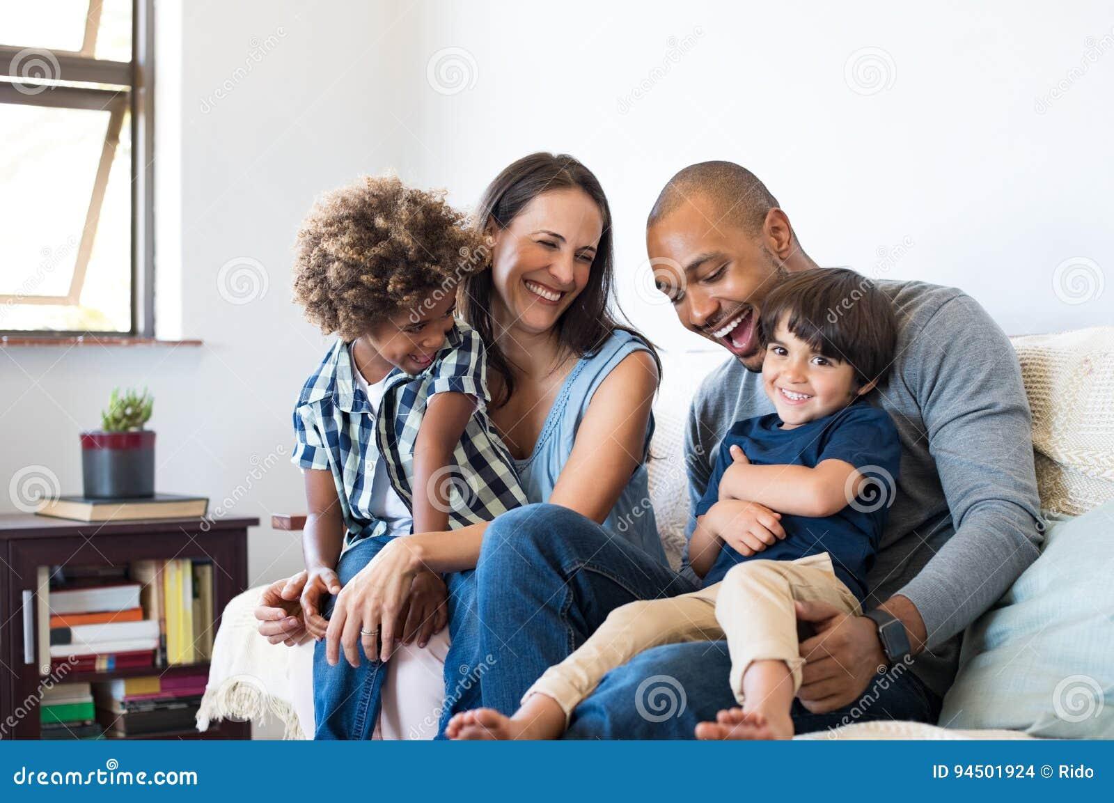 Семья имея потеху дома