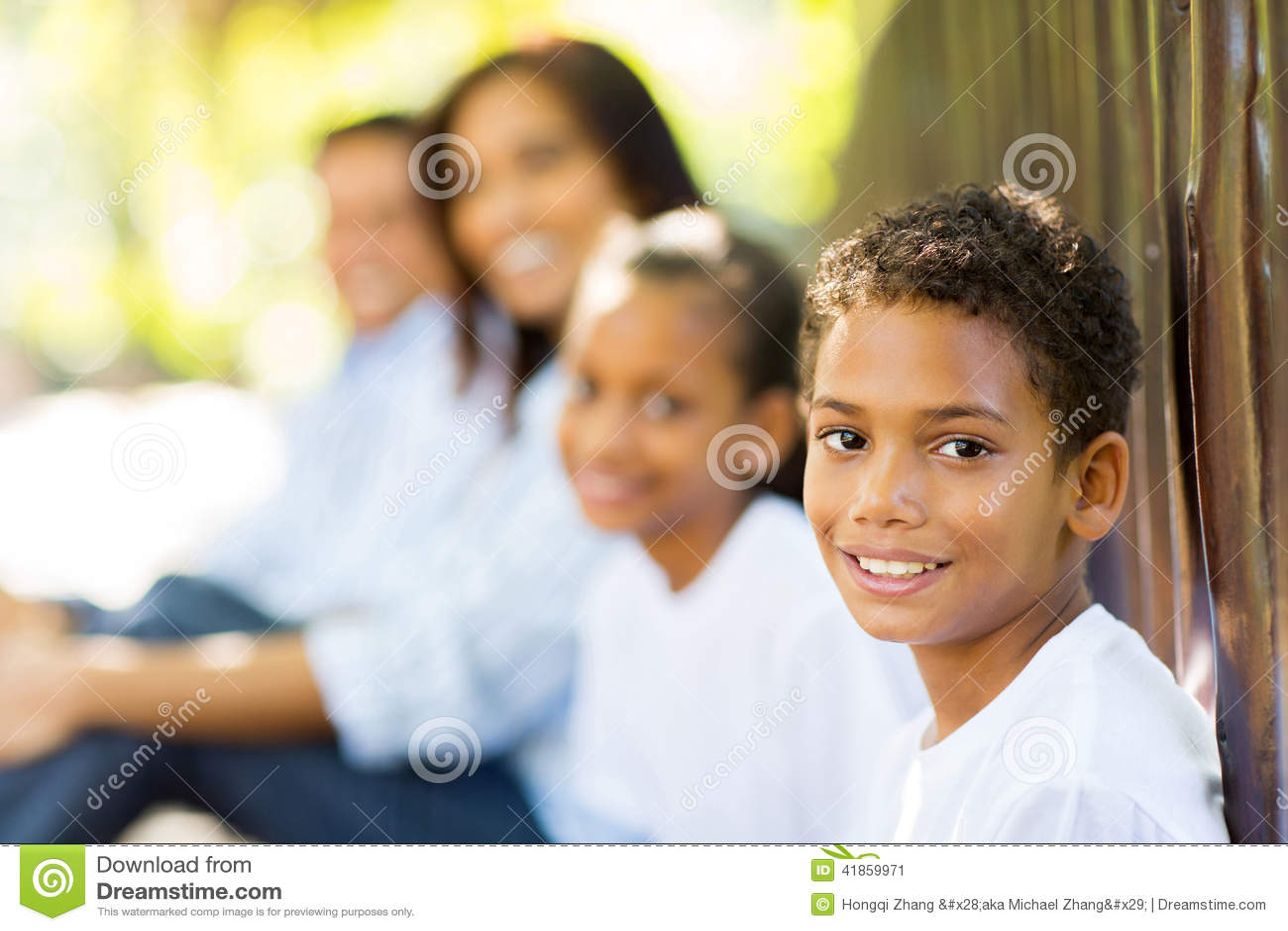 Семья мальчика outdoors
