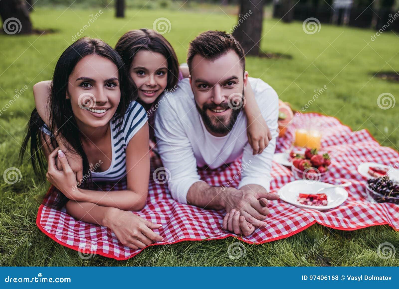 Семья на пикнике