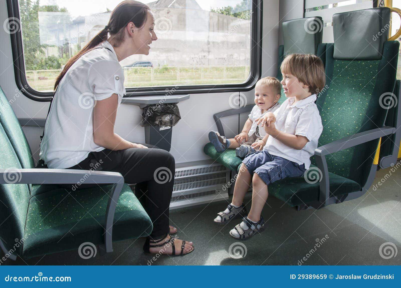 Семья на поезде